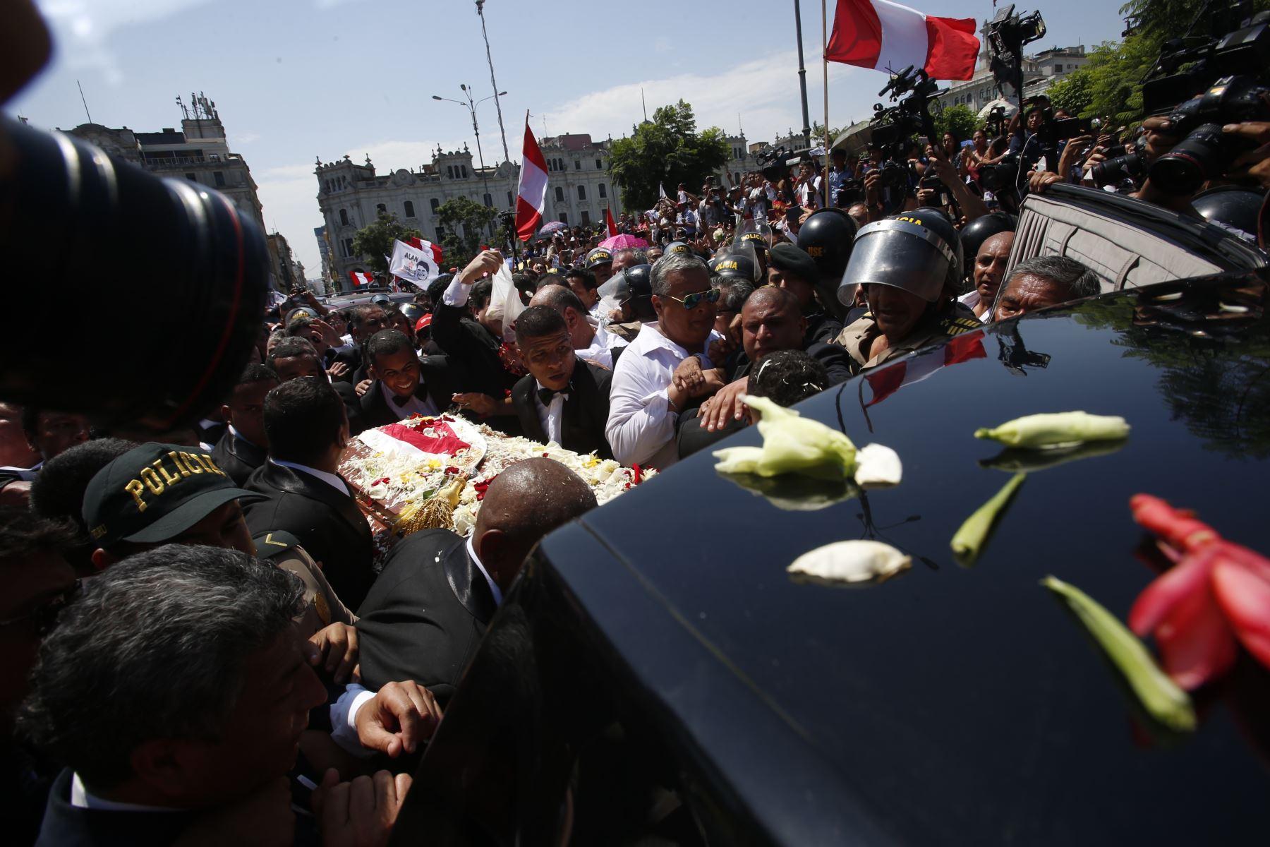 Restos del expresidente Alan García son trasladados al cementerio de Huachipa.  Foto: ANDINA: Nathalie Sayago.