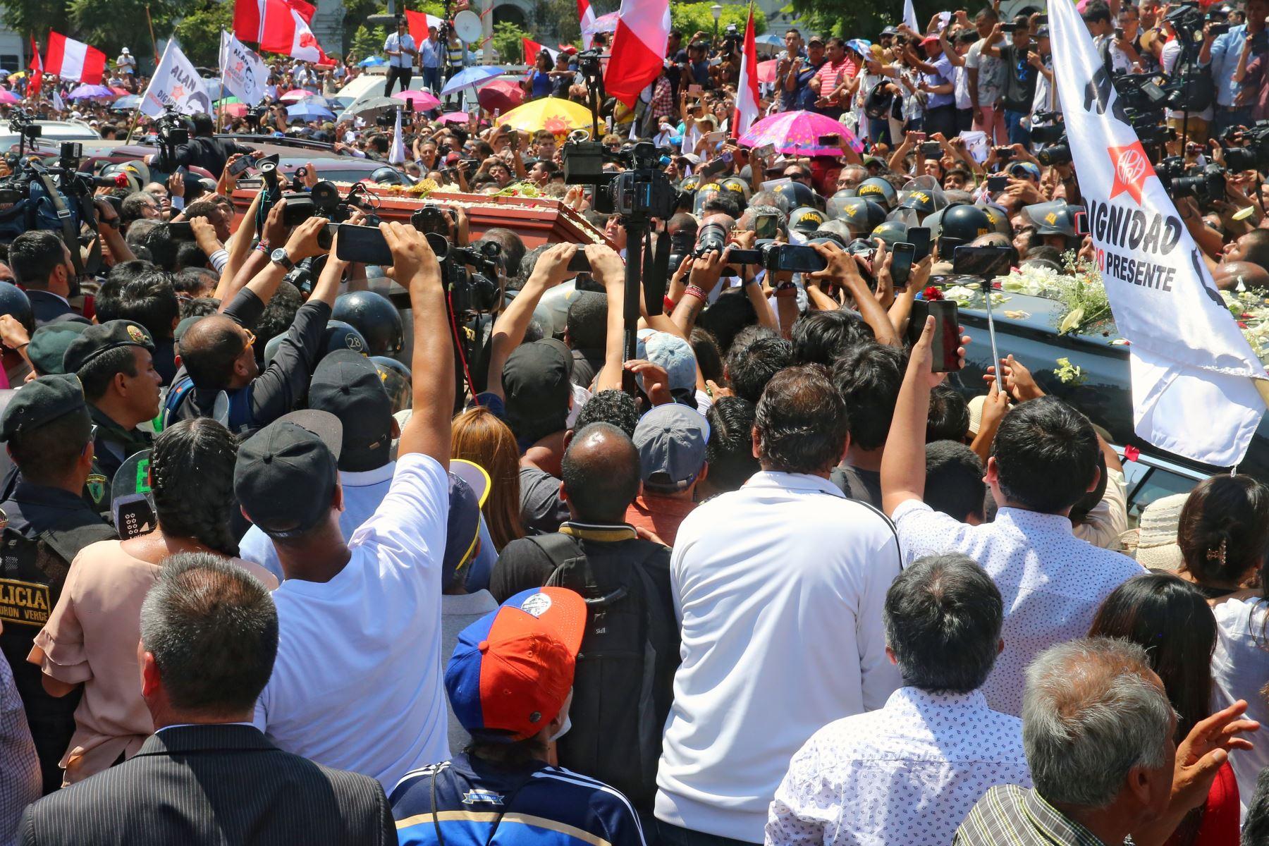 Restos del expresidente Alan García son trasladados a la Plaza San Martin. Foto: ANDINA/Vidal Tarqui