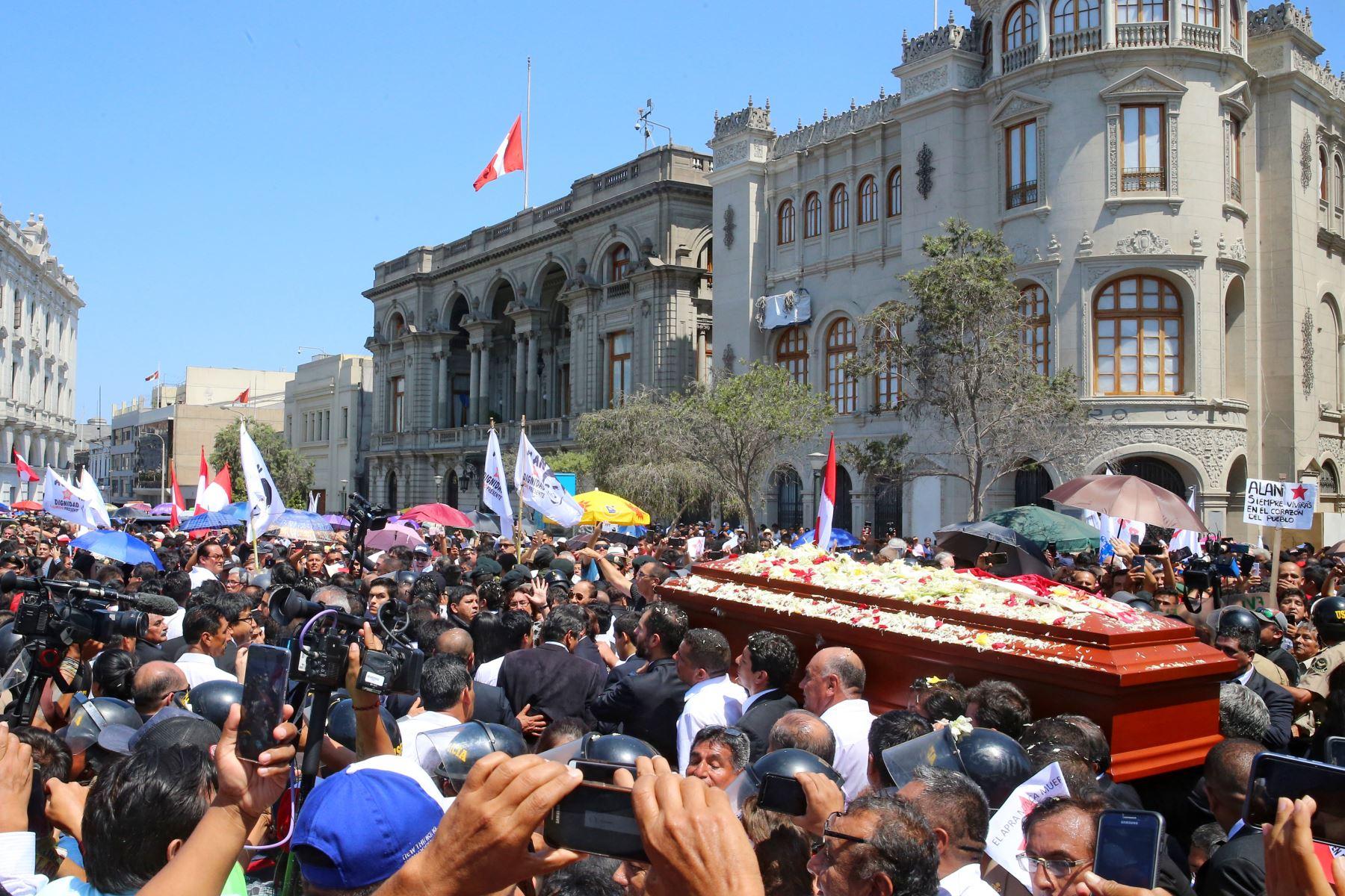 Restos del expresidente Alan García son trasladados al cementerio de Huachipa.  Foto: ANDINA: Vidal Tarqui