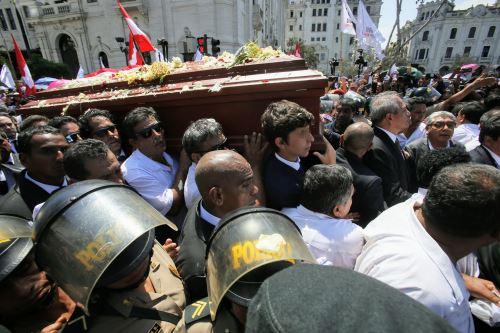 Restos del expresidente Alan García son trasladados al cementerio de Huachipa.