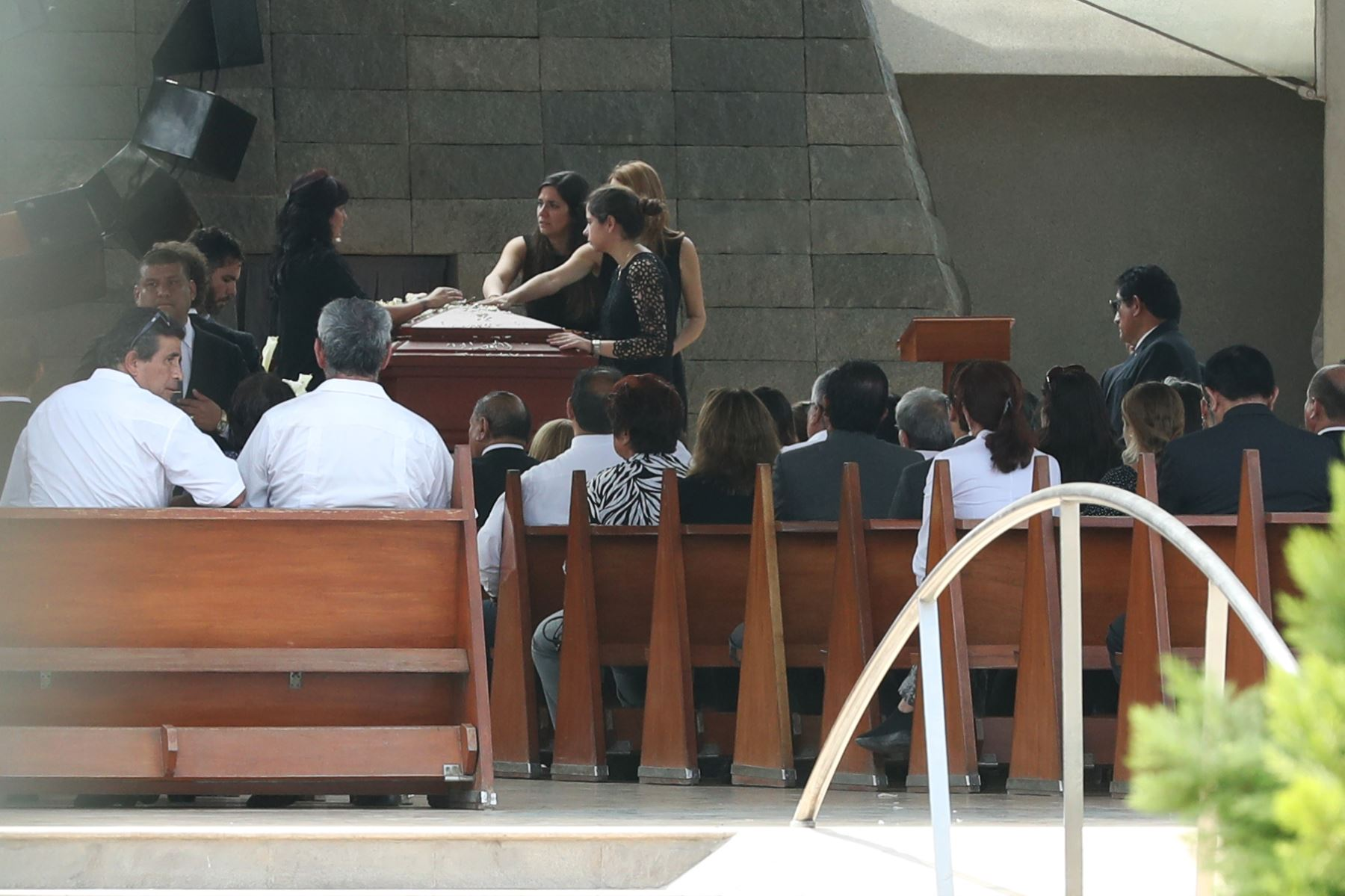 Familiares, militantes del Apra y amistades despidieron al expresidente Alan García Pérez minutos antes de la ceremonia de cremación que se lleva a cabo en el camposanto Mapre de Huachipa  Foto: ANDINA/Melina Mejía