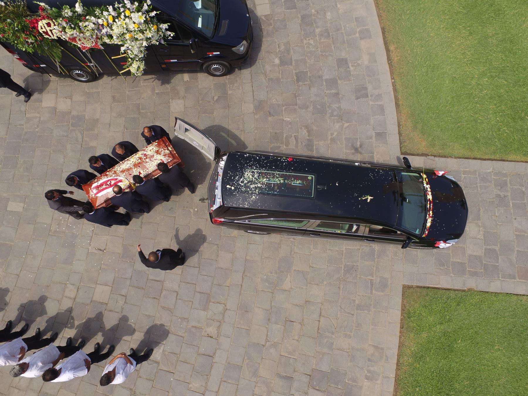 Familiares, militantes del Apra y amistades despidieron al expresidente Alan García Pérez minutos antes de la ceremonia de cremación que se lleva a cabo en el camposanto Mapre de Huachipa  Foto: ANDINA/Daniel Bracamonte