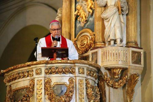 El arzobispo de Lima, monseñor Carlos Castillo, durante el Sermón de las Siete Palabras en la Catedral de Lima. Foto: ANDINA/Difusión.