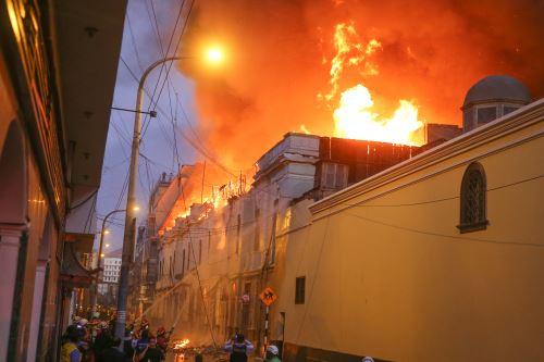 Mesa Redonda: se registra fuerte incendio en zona comercial