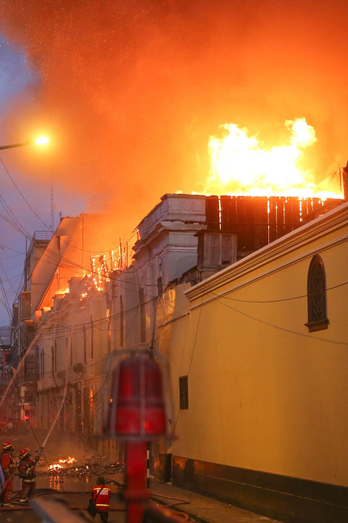 Un fuerte incendio en una zona de galerías de material noble se registra en Mesa Redonda, al interior de un depósito de productos inflamables.Foto:ANDINA:Vidal Tarqui