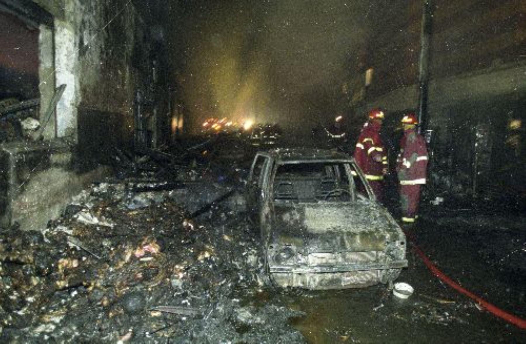 Fotografía de archivo del incendio en Mesa Redonda (29-12-2001). Foto: ANDINA/Archivo.