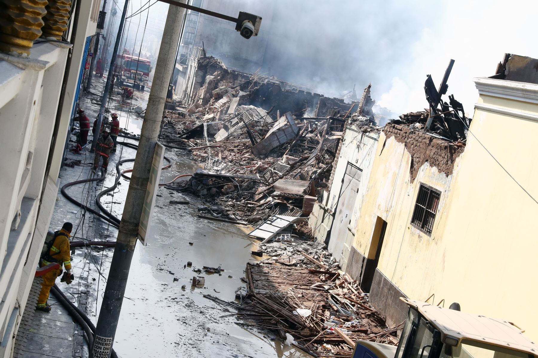 Imágenes, un día después, luego del devastador incendio en Mesa Redonda .Foto: ANDINA/Norman Córdova
