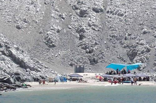 La Municipalidad Provincial del Santa instaló baños químicos portátiles en la playa Las Conchuelas de la isla Blanca de Chimbote, región Áncash.