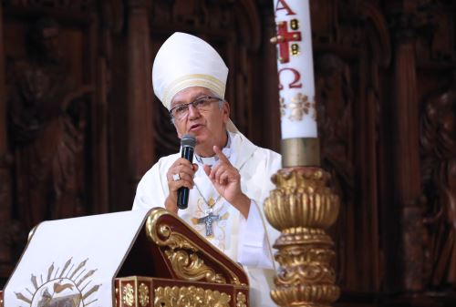 Monseñor Carlos Castillo celebra  Misa de pascua de Resurrección en la catedral de Lima