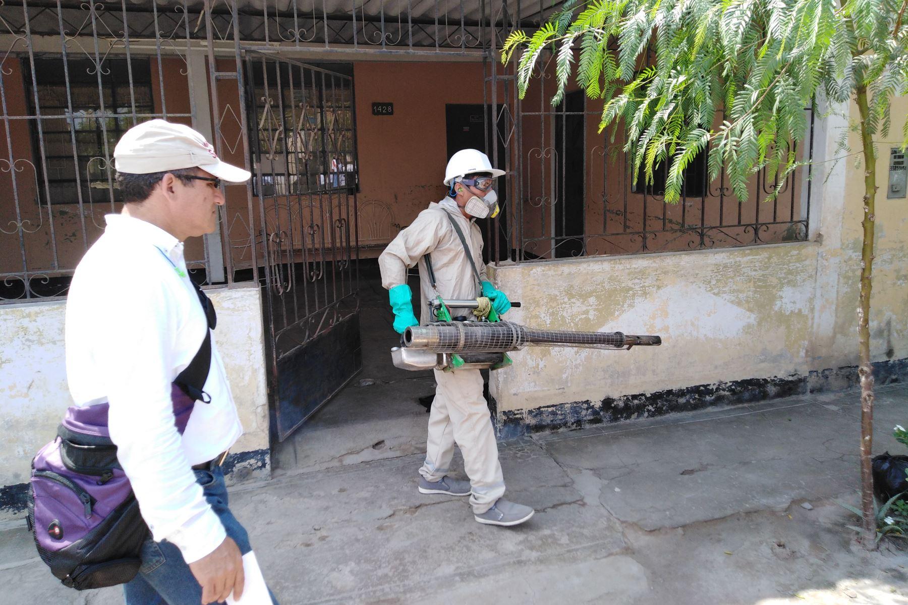 Personal de la Geresa Lambayeque continúa con la fumigación de viviendas del distrito chiclayano de José Leonardo Ortiz para evitar más casos de dengue.