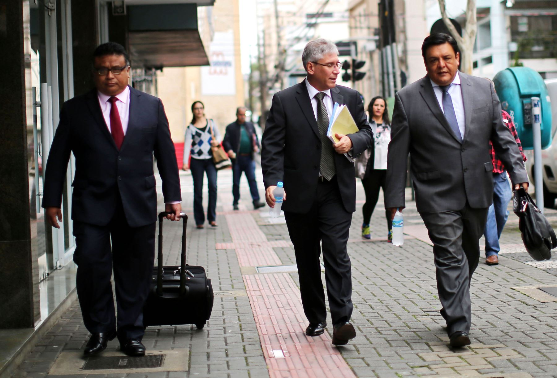 los abogados peruanos Erasmo Reyna, Aurelio Pastor y José Pimentel, defensores de los miembros investigados del Partido Aprista. Foto: AFP