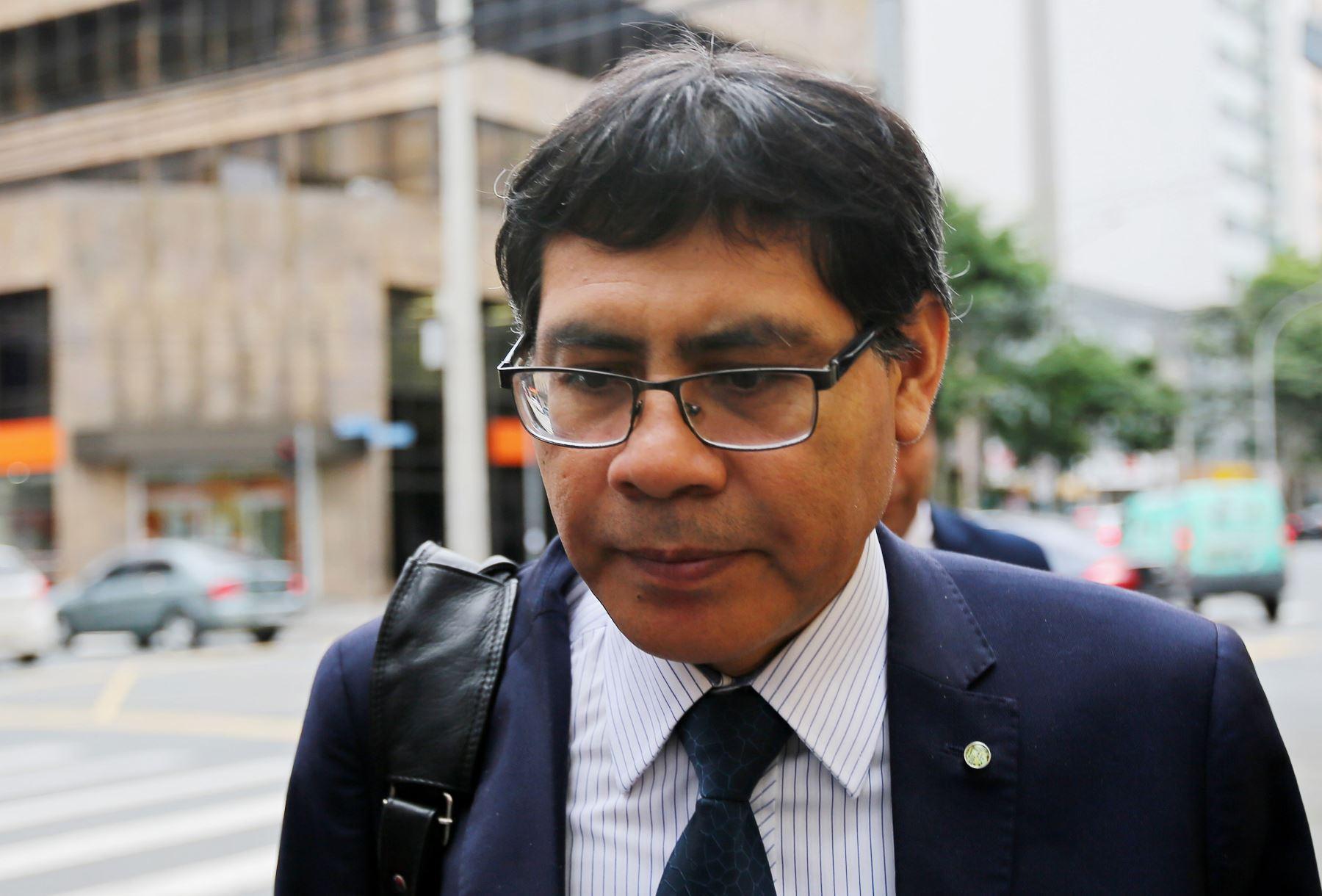 El fiscal peruano Germán Juárez llega al Ministerio Público Federal en Curitiba, Brasil. Foto: AFP