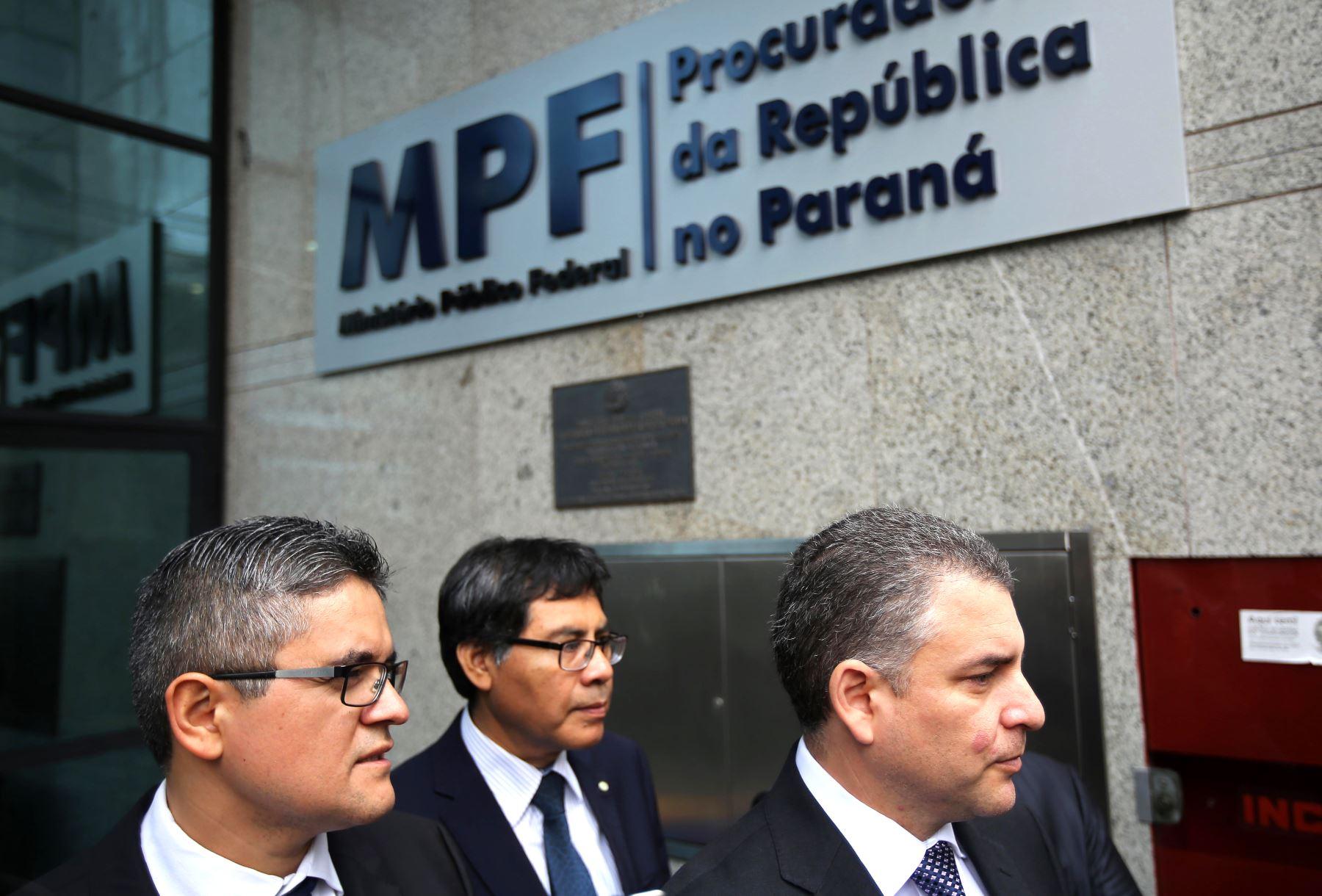 Los fiscales peruanos José Domingo Pérez, Germán Juárez y Rafael Vela abandonan el Ministerio Público Federal en Curitiba, Brasil. Foto: AFP