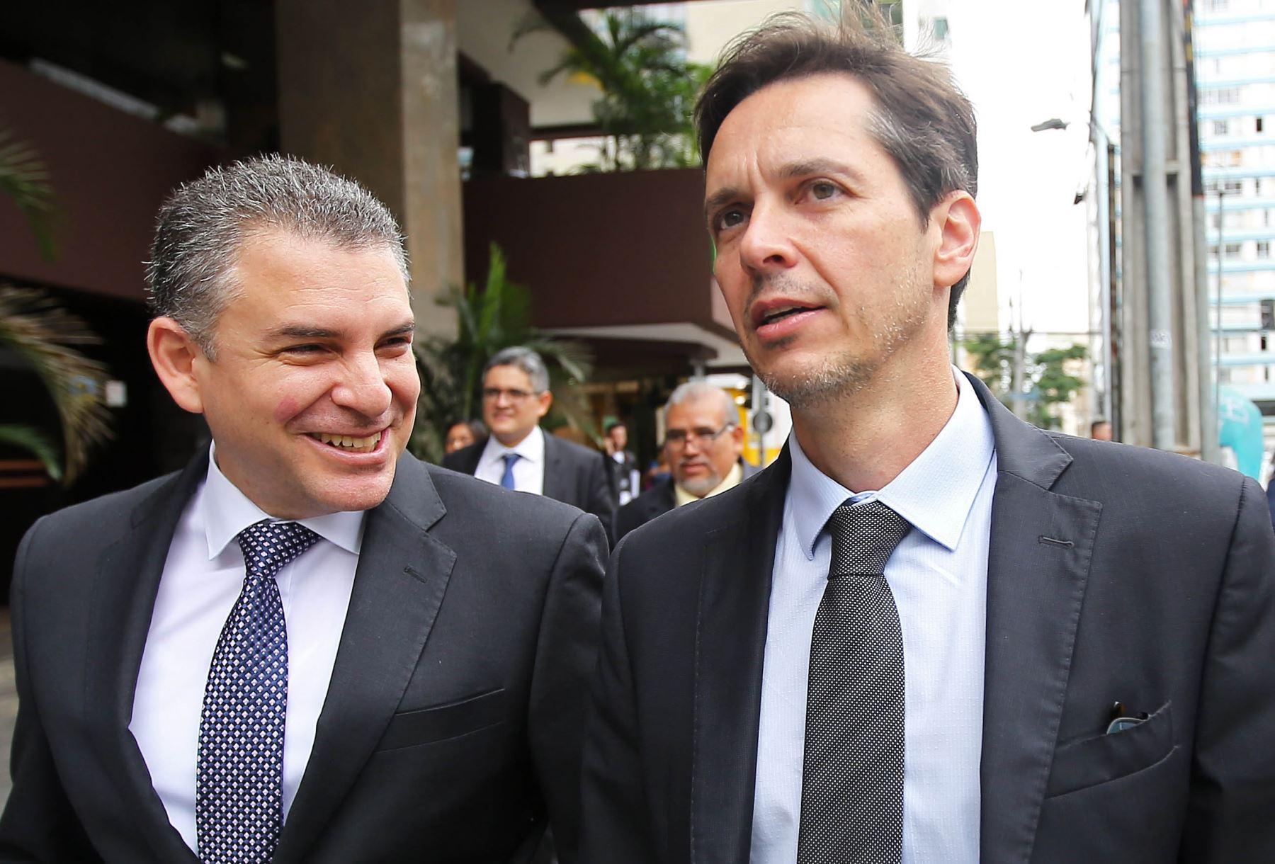 El fiscal Rafael Vela y su homólogo brasileño, Orlando Martello, abandonan el Ministerio Público de la Federación en Curitiba, Brasil. Foto: AFP