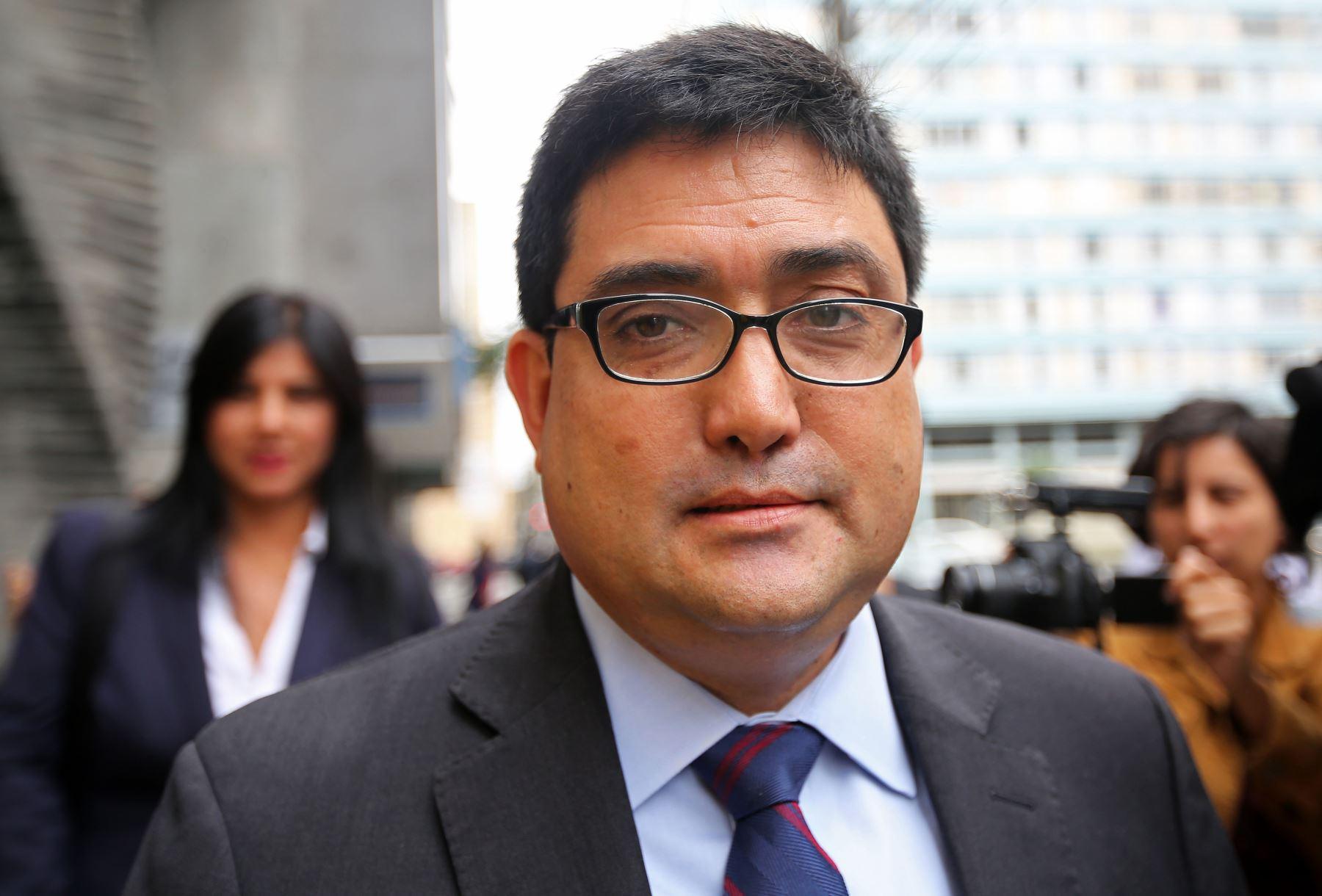El fiscal Jorge Ramírez abandona el Ministerio Público Federal en Curitiba, Brasil. Foto: AFP