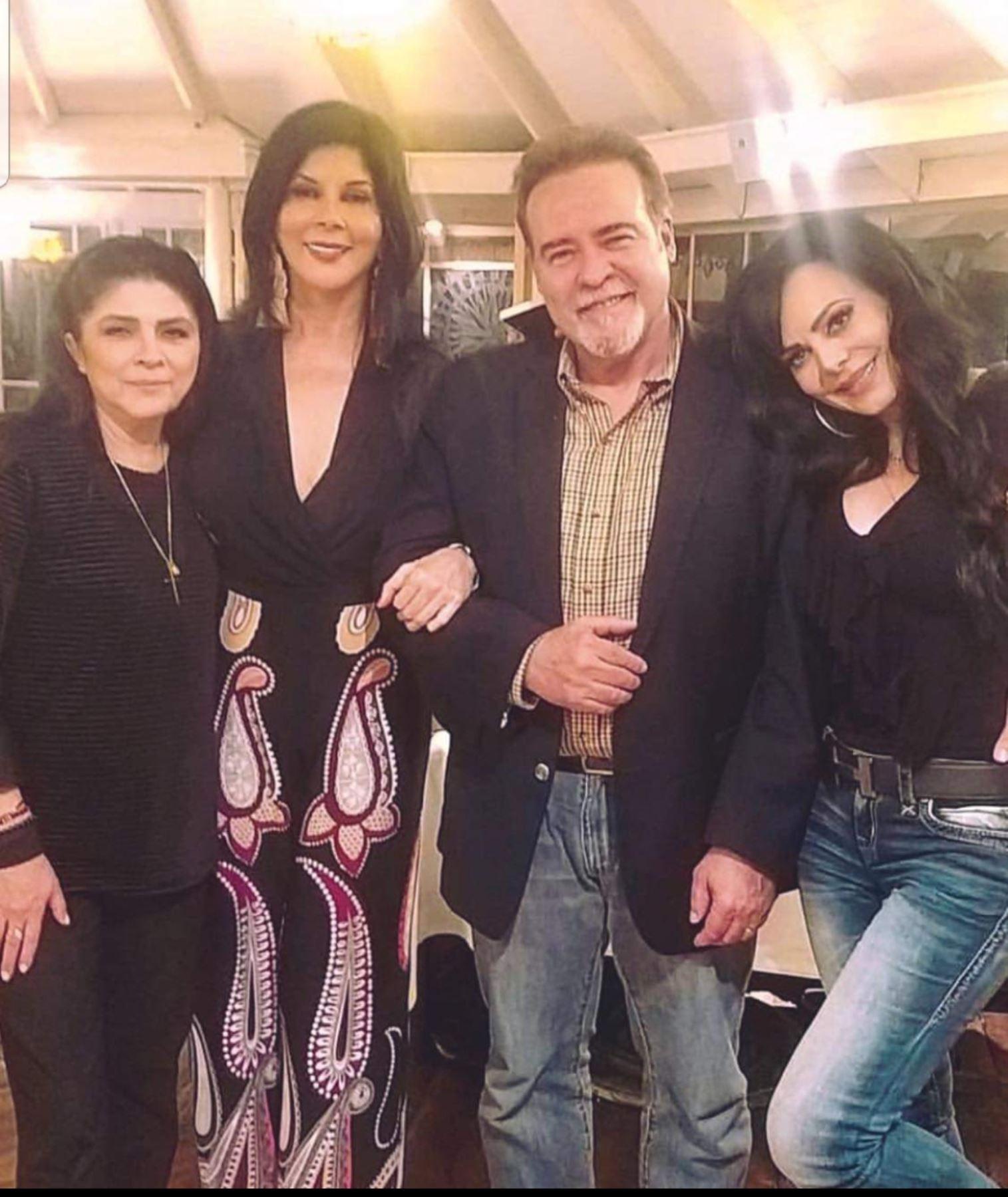 Victoria Ruffo junto a César Évora y Maribel Guardia, ayer en una cena en La Rosa Náutica; con ellos Olga Zumarán.