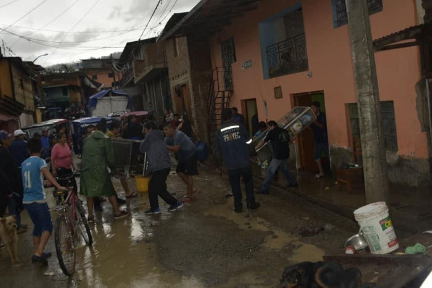 Debido a las fuertes lluvias registradas en la provincia de Huancabamba, región Piura, se afectaron diversas zonas, como los barrios de Jibaja Che, Ramón Castilla, Alto de la Paloma, La Villa, entre otros, en el distrito de Sondorillo; donde se han producido inundaciones de viviendas, deslizamientos, derrumbes y desborde de acequia, informó la municipalidad provincial.