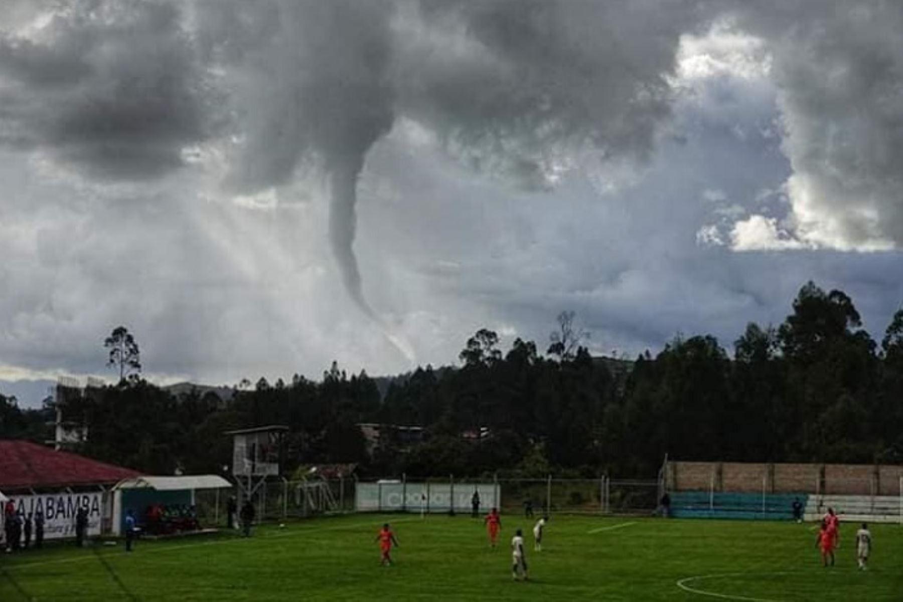En el cielo de Cajabamba, en la región Cajamarca, se pudo observar en la víspera un embudo de aire, fenómeno meteorológico que se forma debajo de tormentas débiles cuando el aire en altura cercana a la base de la nube es especialmente frío, precisó el Servicio Nacional de Meteorología e Hidrología (Senamhi).
