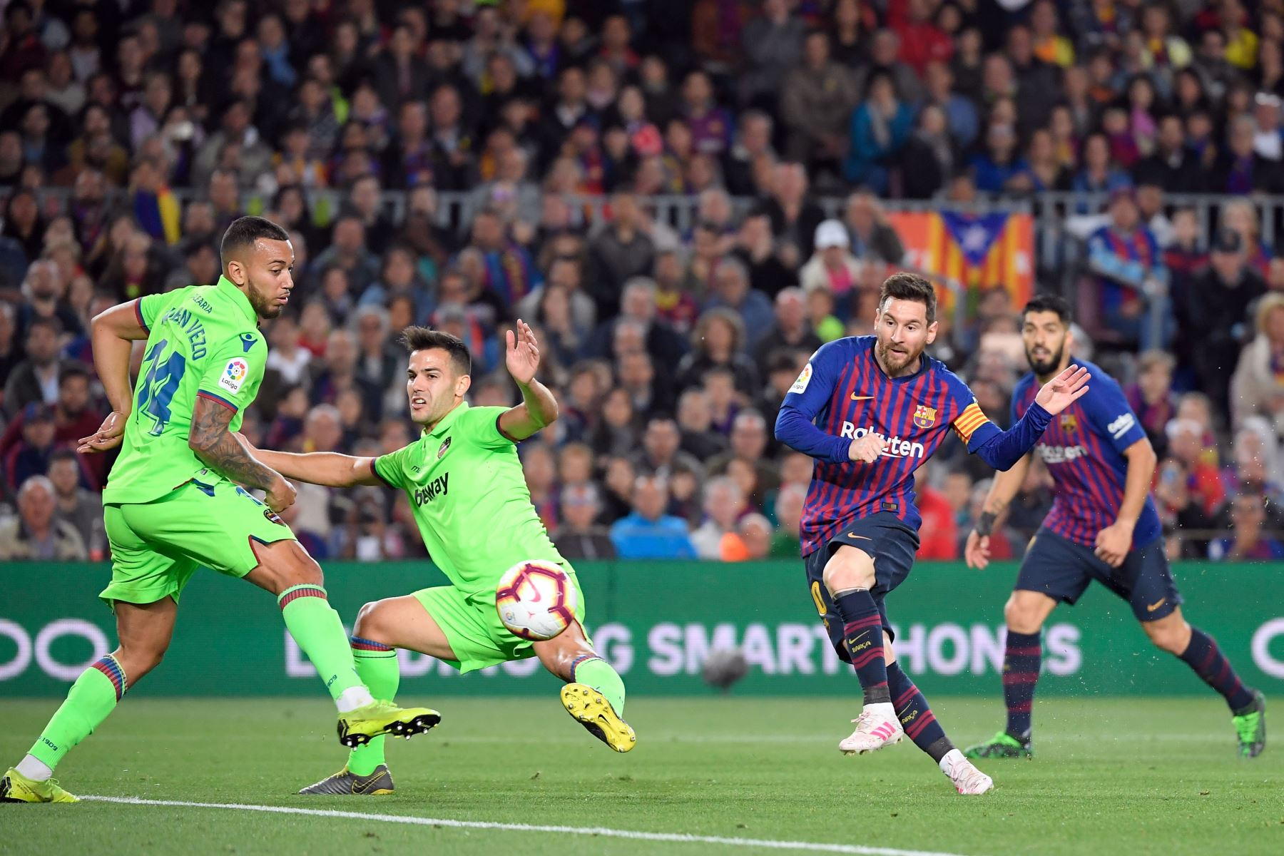 El delantero argentino del Barcelona, Lionel Messi, dispara para marcar un gol durante el partido de fútbol de la Liga española entre el FC Barcelona y el Levante UD en el estadio Camp Nou en Barcelona.Foto: AFP