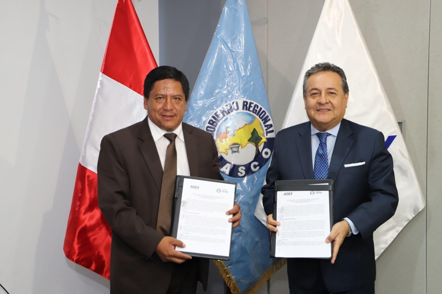 Gobernador de la región Pasco, Pedro Polinar y el presidente de Adex, Alfonso Velásquez, firman convenio de cooperación interinstitucional. Foto: Cortesía.