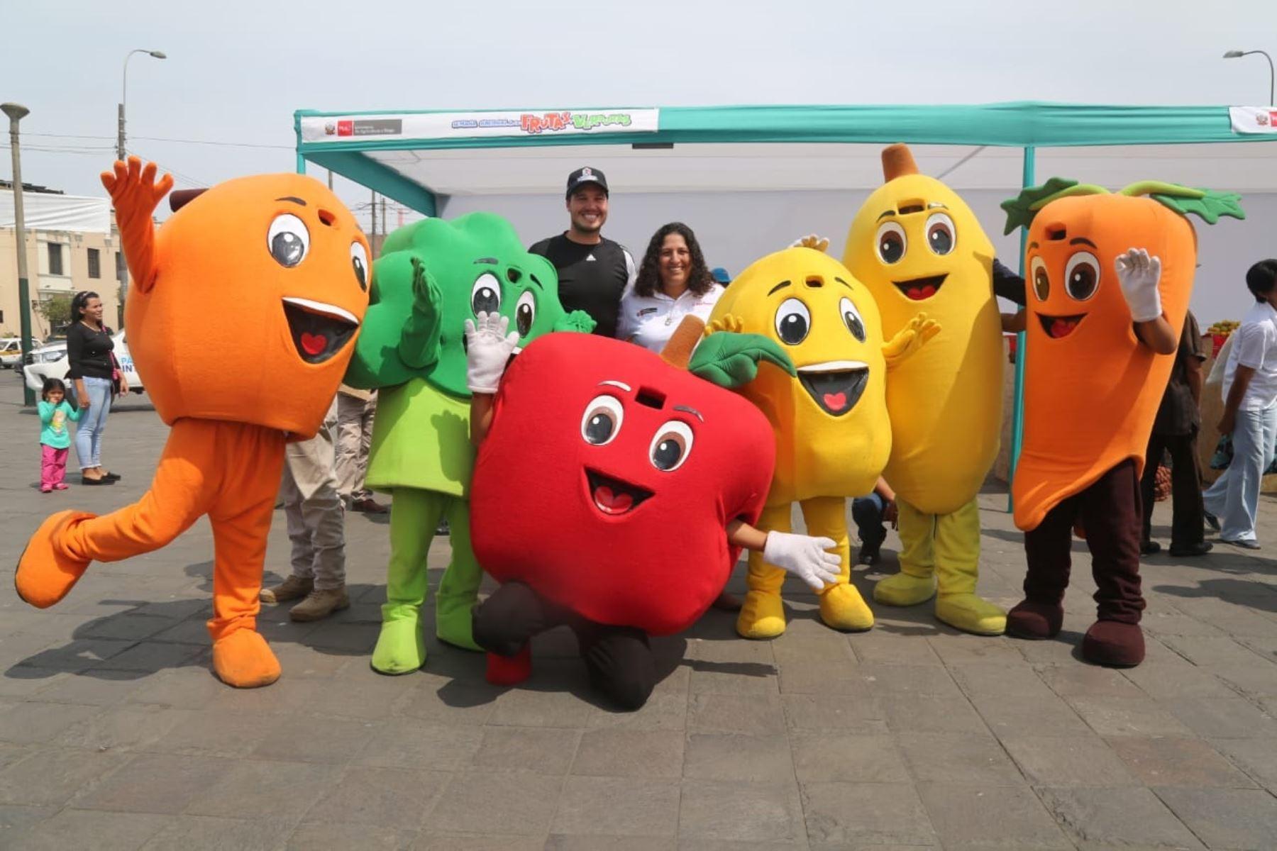 Ministra de Agricultura, Fabiola Muñoz en feria de Frutas y Verduras. Foto: Cortesía.