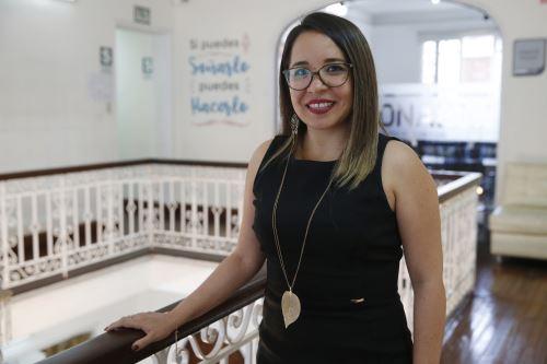 Ingeniera electrónica, Jackeline Tapia Castillo apuesta por la innovación y la tecnología para ofrecer mejores servicios a los becarios del Pronabec. ANDINA/Nathalie Sayago