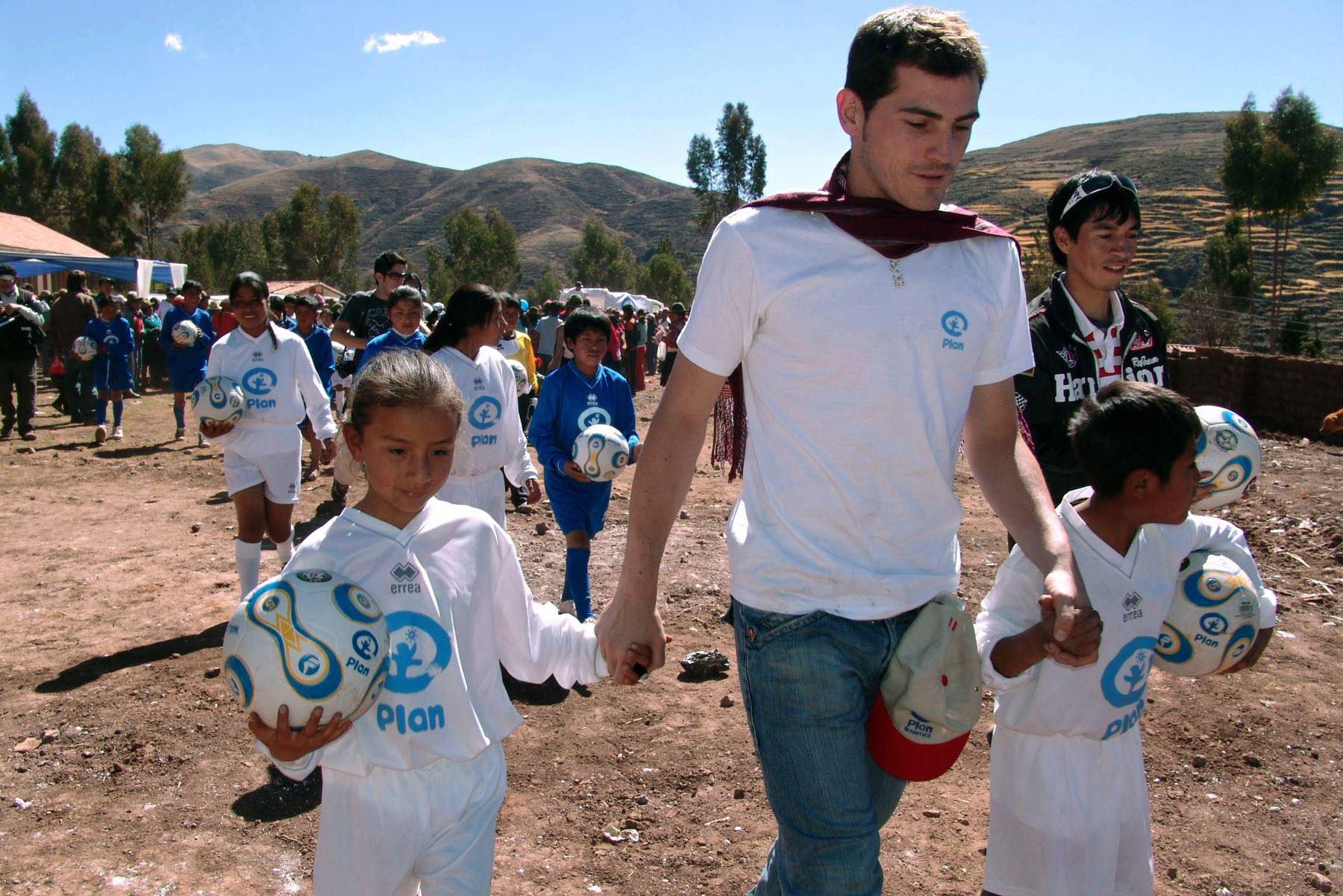 El portero Iker Casillas, camina con niños en la comunidad de Patabamba, en Cusco, Perú, el 5 de julio de 2008. Foto: AFP