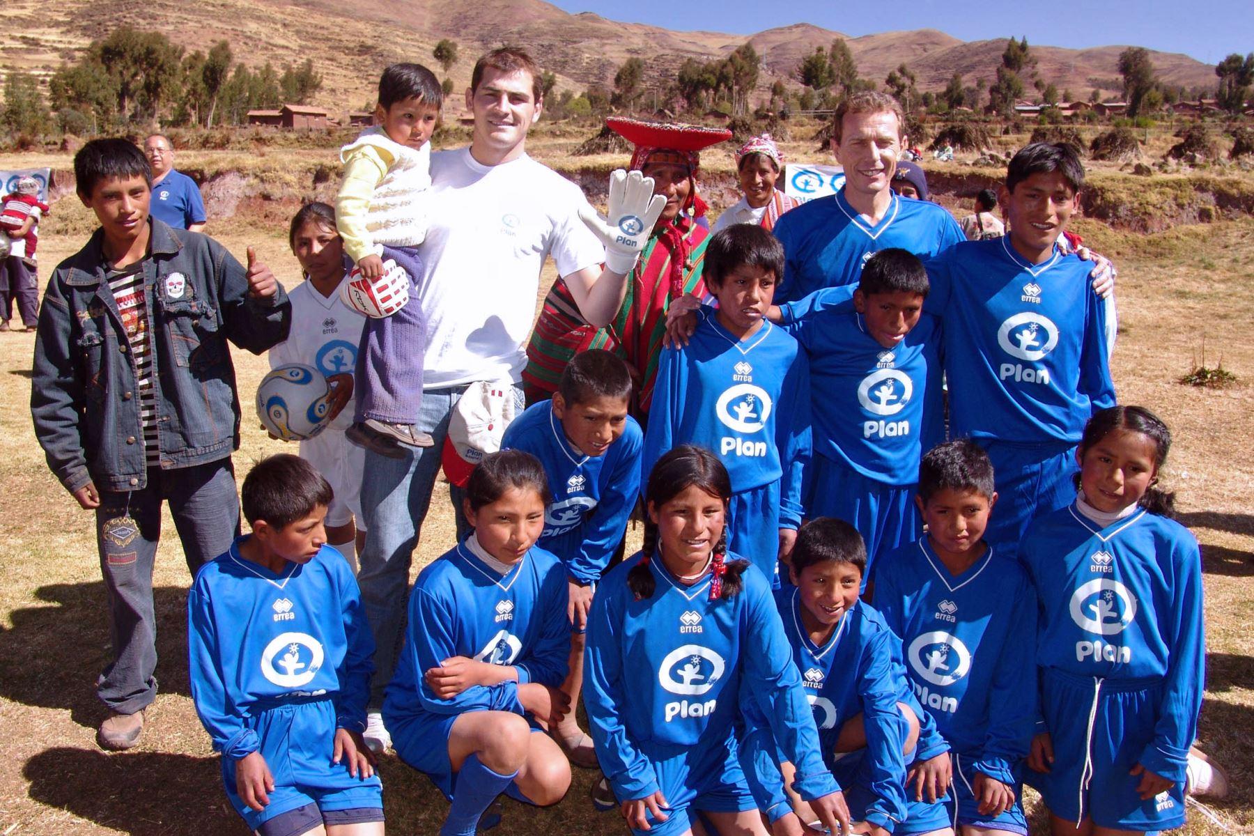 El portero Iker Casillas, en la comunidad de Patabamba, en Cusco, Perú, el 5 de julio de 2008. Foto: AFP