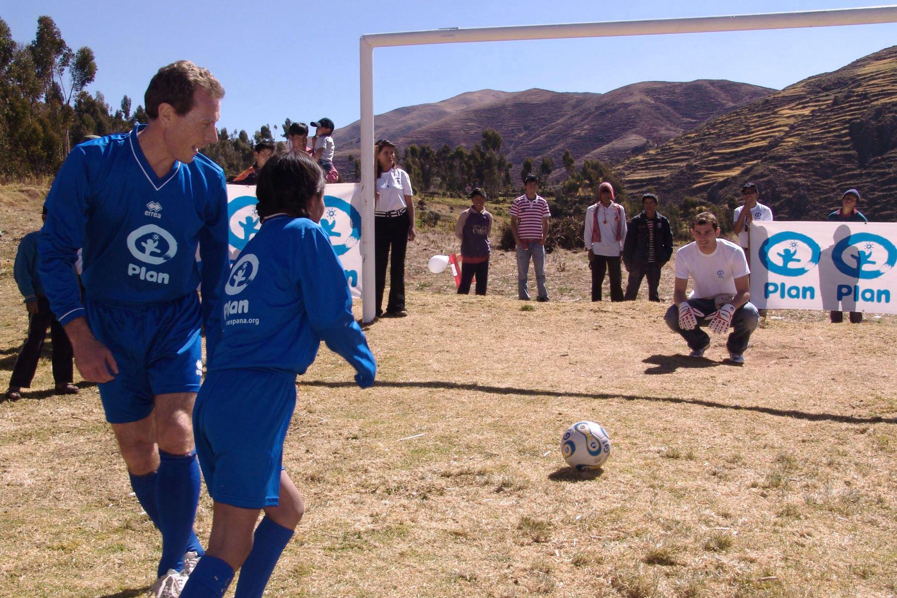 El portero Iker Casillas, con niños en la comunidad de Patabamba, en Cusco, Perú, el 5 de julio de 2008. Foto: AFP