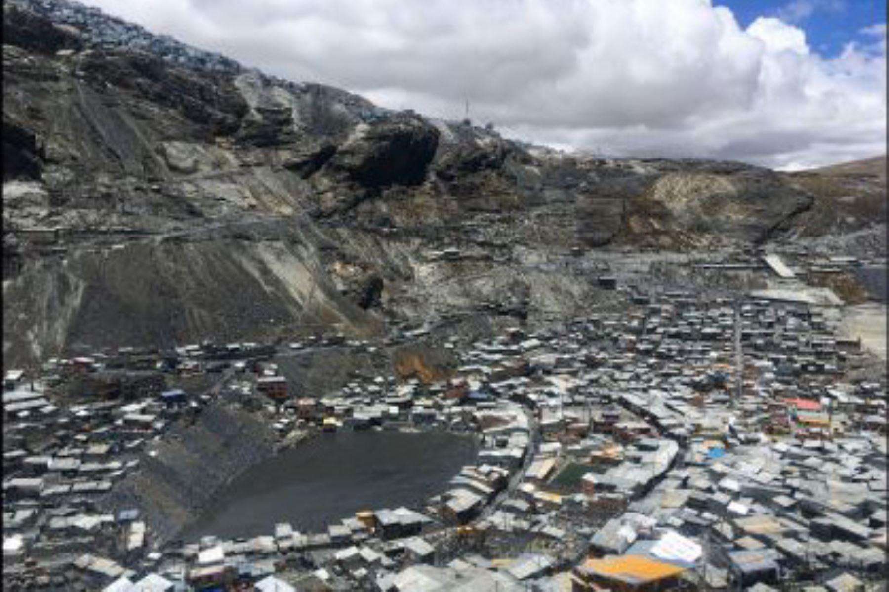 Por estar ubicada a 5,100 metros sobre el nivel del mar, el centro poblado de La Rinconada, en el departamento de Puno, es considerado como la urbe de mayor altitud y una de las más extremas del planeta, por lo que ha empezado a concitar el interés de los aficionados a deportes de aventura como el montañismo y el excursionismo.