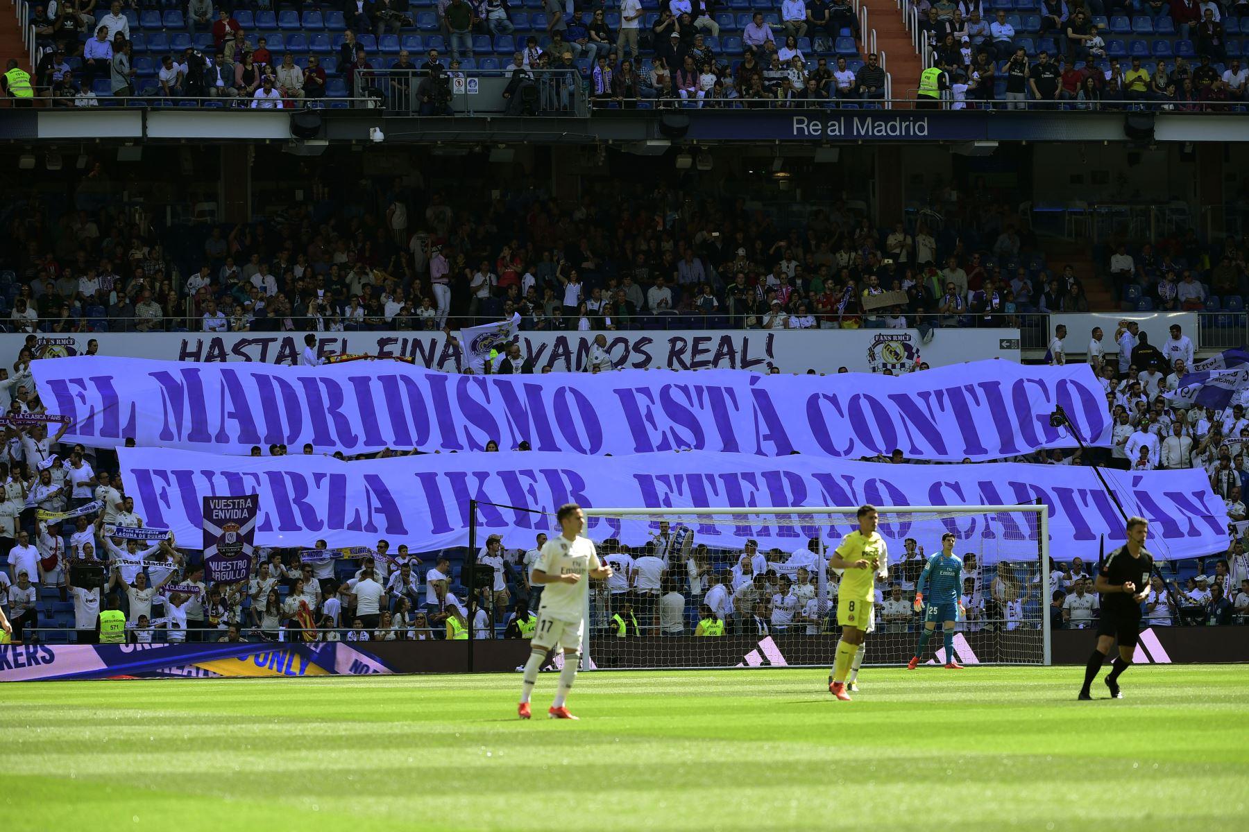 """Los fanáticos del Real Madrid despliegan una pancarta que dice """"Los fanáticos del Real Madrid contigo, sé fuerte Iker, capitán eterno"""" en apoyo del portero español del Porto, Iker Casillas, durante el partido de fútbol de la liga española entre el Real Madrid CF y el Villarreal CF . Foto:AFP"""