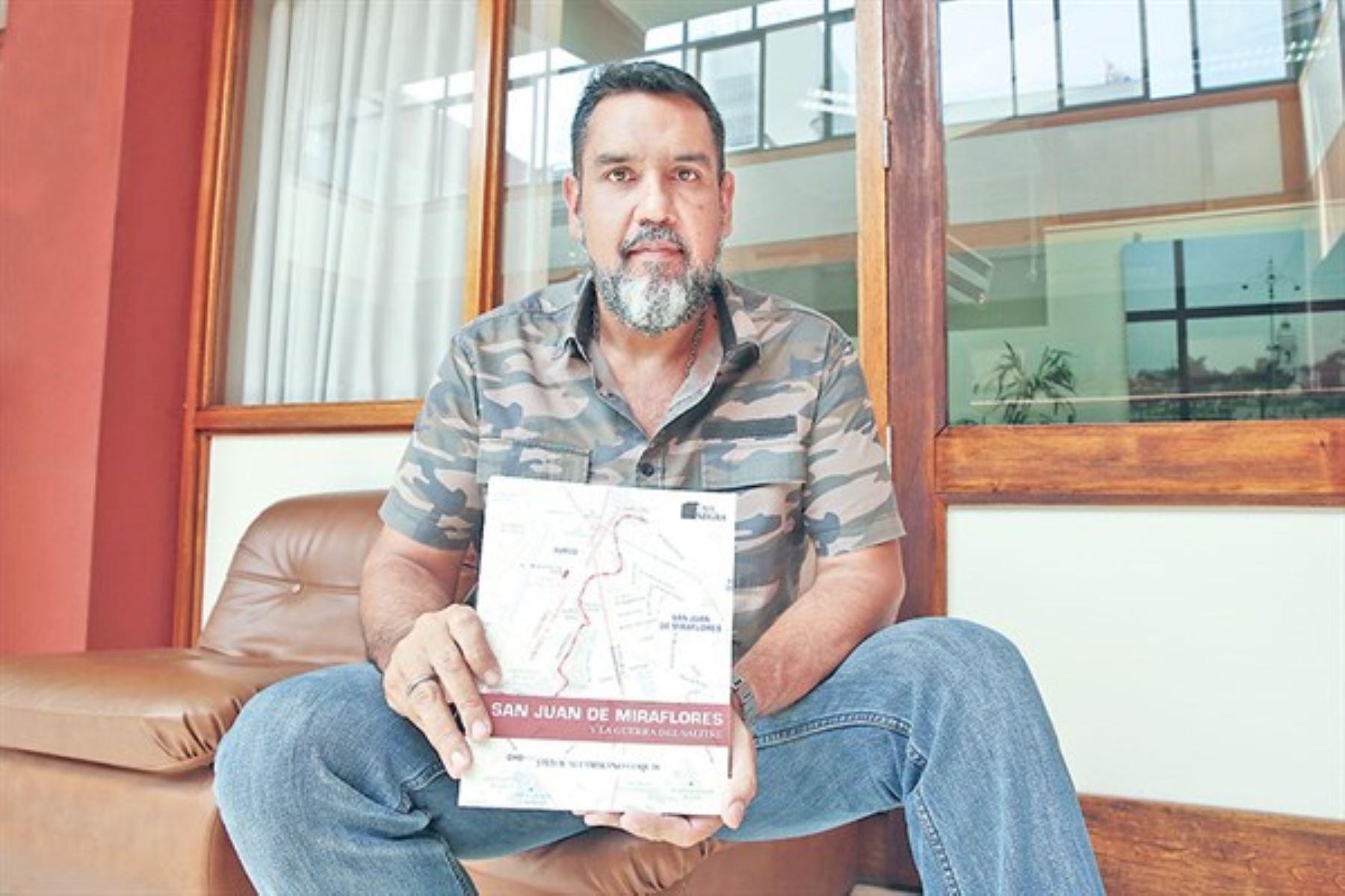 """Javier Altamirano y su libro """"San Juan de Miraflores y la Guerra del Salitre""""."""