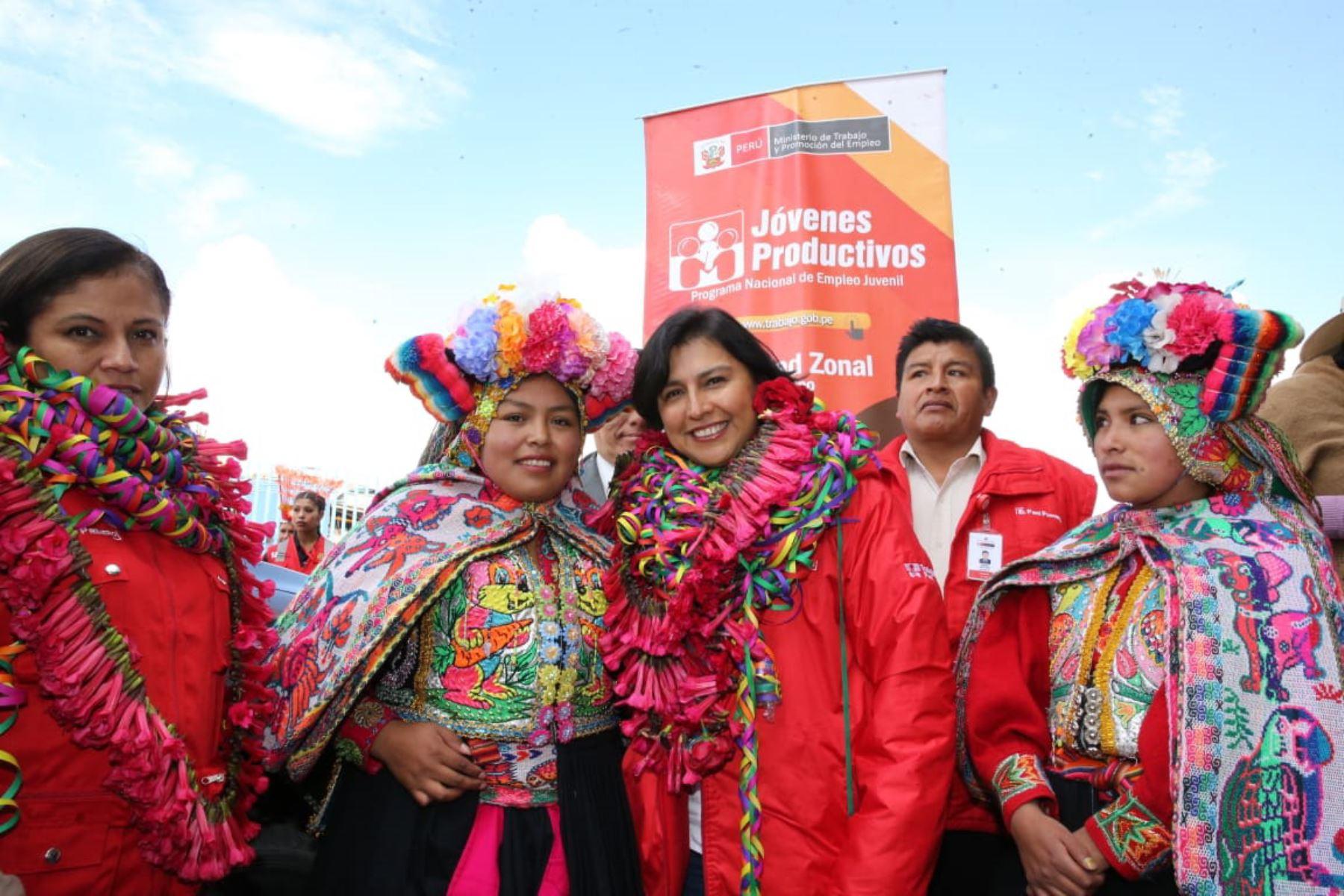 La ministra de Trabajo y Promoción del Empleo (MTPE), Sylvia Cáceres, participó en la graduación de 145 jóvenes en Puno.