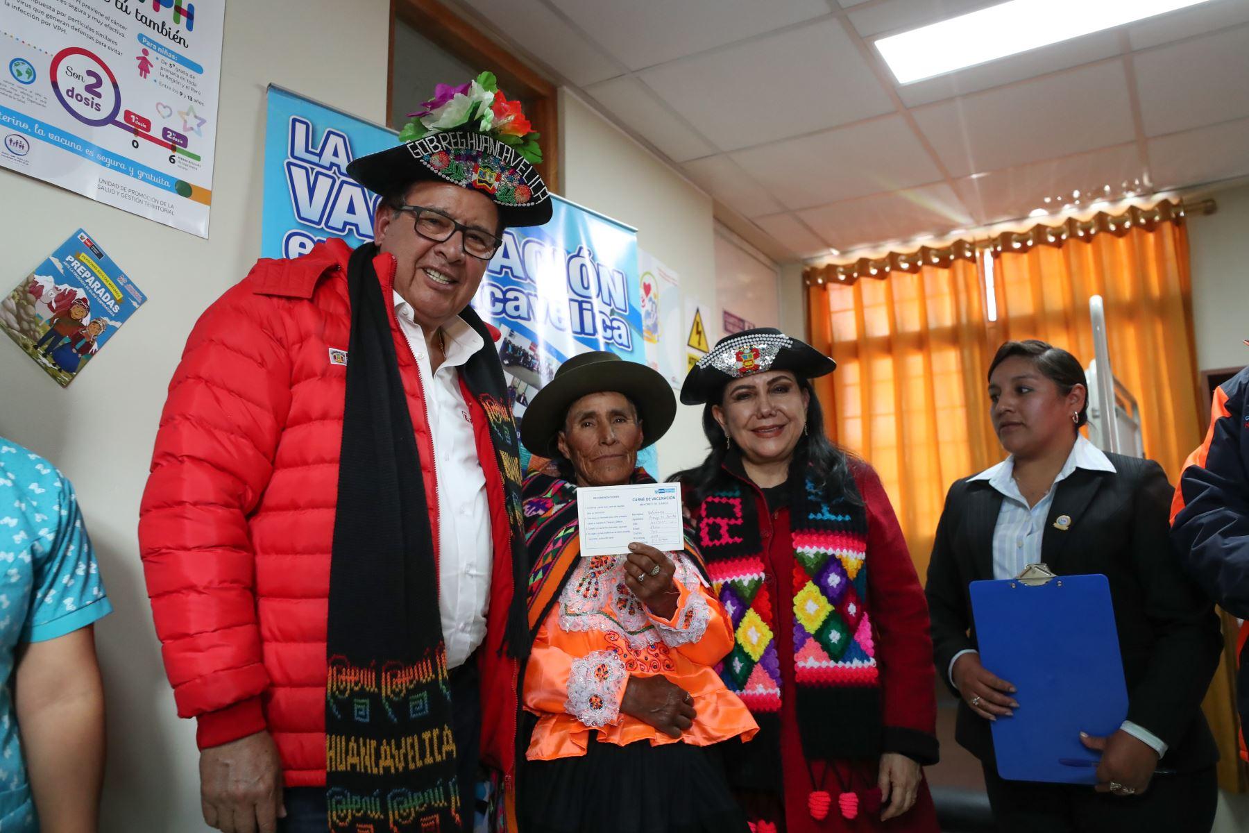 Ministro de Defensa José Huerta y la Ministra de la Mujer Gloria Montenegro dan inicio al  lanzamiento del Plan Multisectorial ante Heladas y Friaje 2019 en el centro poblado de Vista Alegre en Huancavelica. Foto: ANDINA/ MINDEF