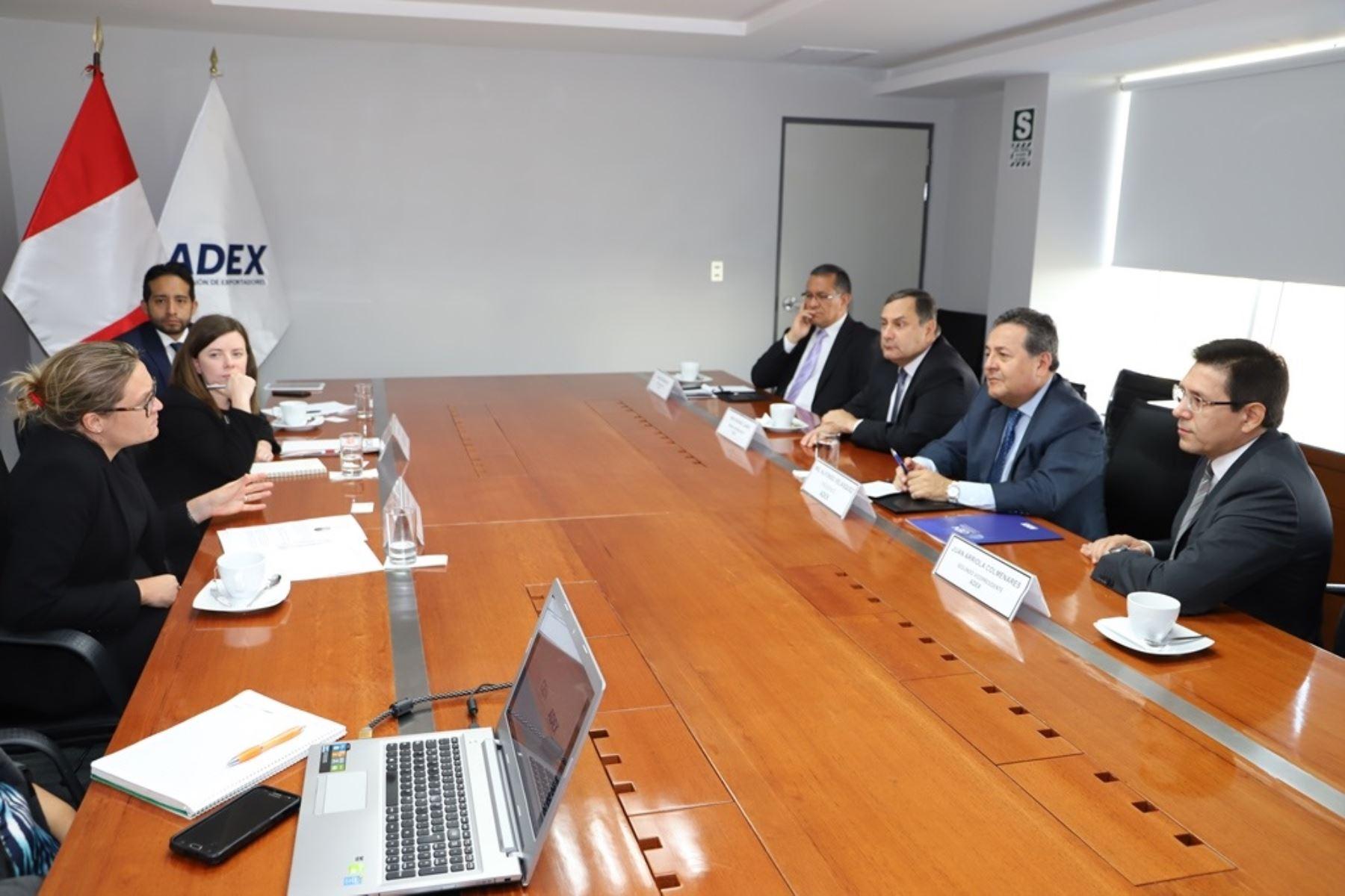 Reunión entre representantes de Adex y Reino Unido.