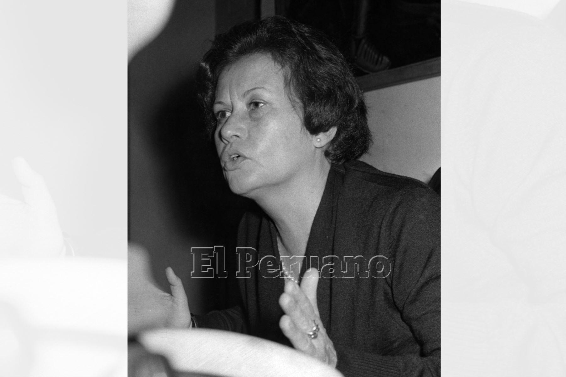 Martha Hildebrandt estudio en la Facultad de Letras. Ejerció en San Marcos la cátedra de Fonética General y Española desde 1947 y dirigió el departamento de Lingüística y Filología. Fue directora del Instituto Nacional de Cultura y presidenta del Congreso de la República. Foto: Archivo Histórico de EL PERUANO (Lima, 1975)