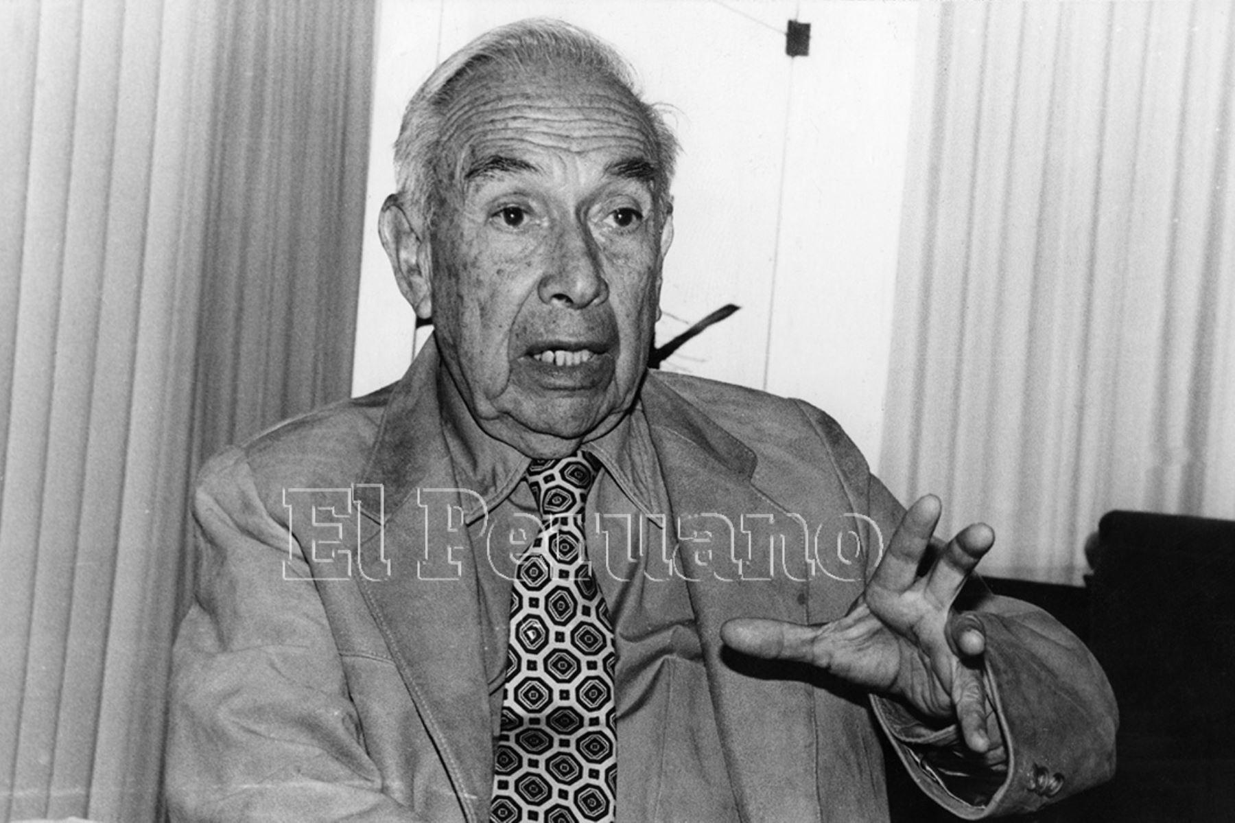 Arturo Jiménez Borja optó el título de médico-cirujano en 1943. Se dedicó a la docencia universitaria, asumiendo las cátedras de Terapéutica y Endocrinología en la Facultad de Medicina de San Fernando. Alternó el ejercicio de su profesión con la investigación de sitios arqueológicos como Puruchuco y Pachacámac.  Foto: Archivo Histórico de EL PERUANO (Lima, 1991)
