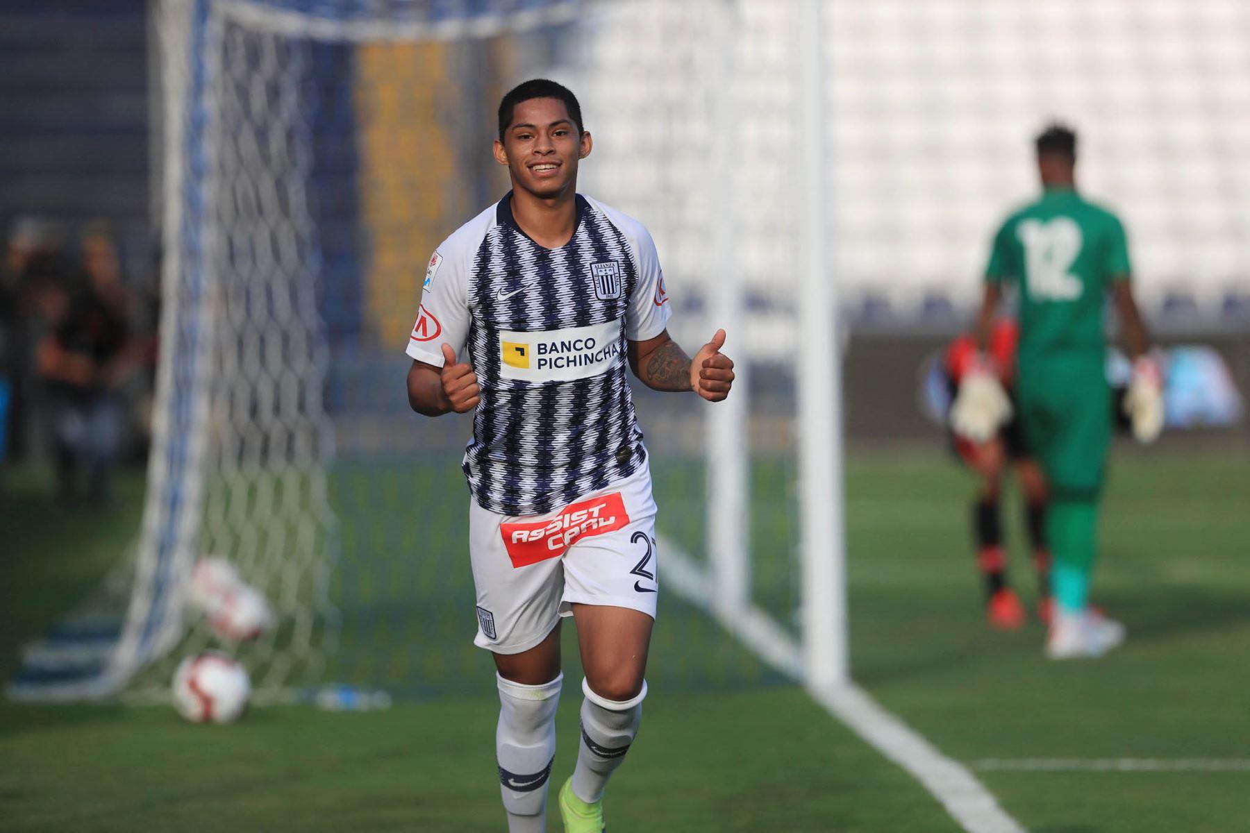 Kevin Quevedo celebra el 2do gol de Alianza Lima frente al  Melgar se enfrentan por la fecha 13 de la Liga 1 Apertura en el estadio Alejandro Villanueva. Foto: ANDINA/Juan Carlos Guzmán