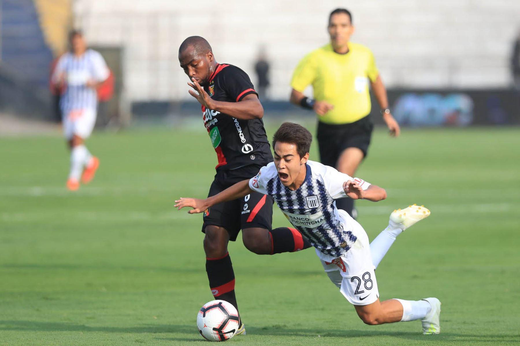 Mauricio Matzuda de Alianza Lima es derribado tras jugada fuerte de un jugador del Melgar. Foto: ANDINA/Juan Carlos Guzmán