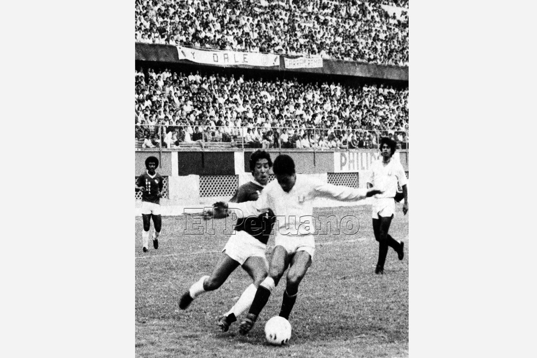 Lima - 8 diciembre 1983 / Samuel Eugenio, con la casaquilla de la U sobre la pelota cerrándole el ingreso a Rivero, mientras observaban la jugada Gago y Gastulo por el CNI, Universitario se impuso por 2-0. Foto: Archivo diario El Peruano