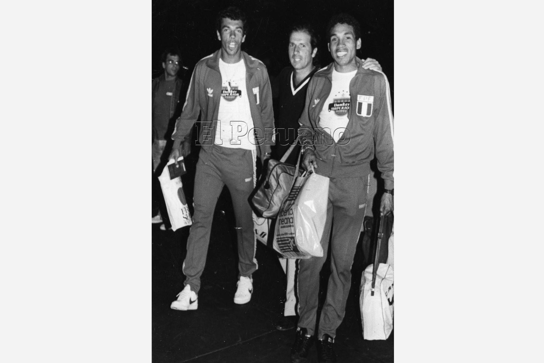 Lima - 22 setiembre 1984 / Valencia y Samuel Eugenio, debutantes en la Selección Peruana de futbol, a su llegada acompañados de Jorge Arriola de Relaciones Públicas de la Federación. Foto:Archivo diario El Peruano