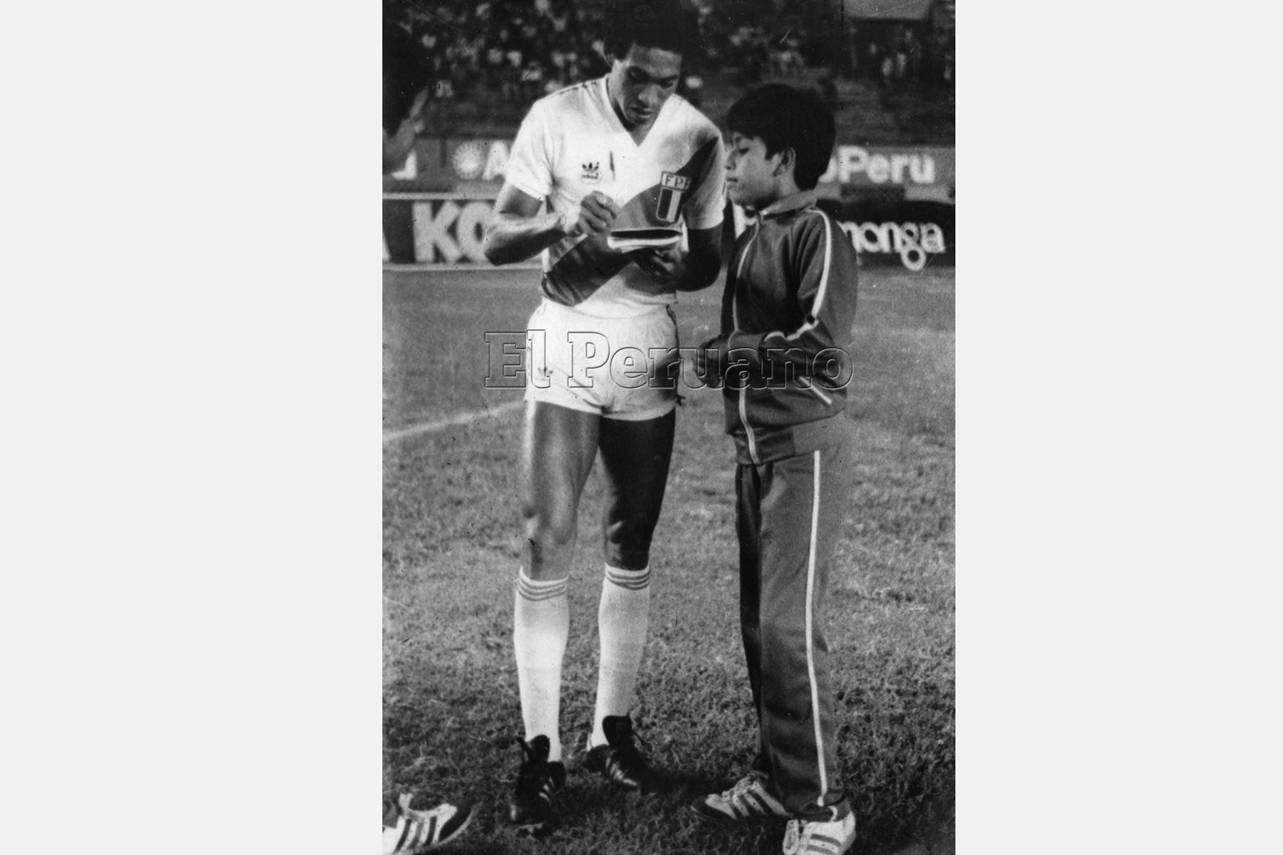 Lima - 5 mayo 1985 / Samuel Eugenio, entrega su autógrafo a solicitud de un niño, en el marco del encuentro de la selección peruana con el cuadro brasileño Gremio, cuyo resultado fue cero goles.   Foto: Archivo diario El Peruano