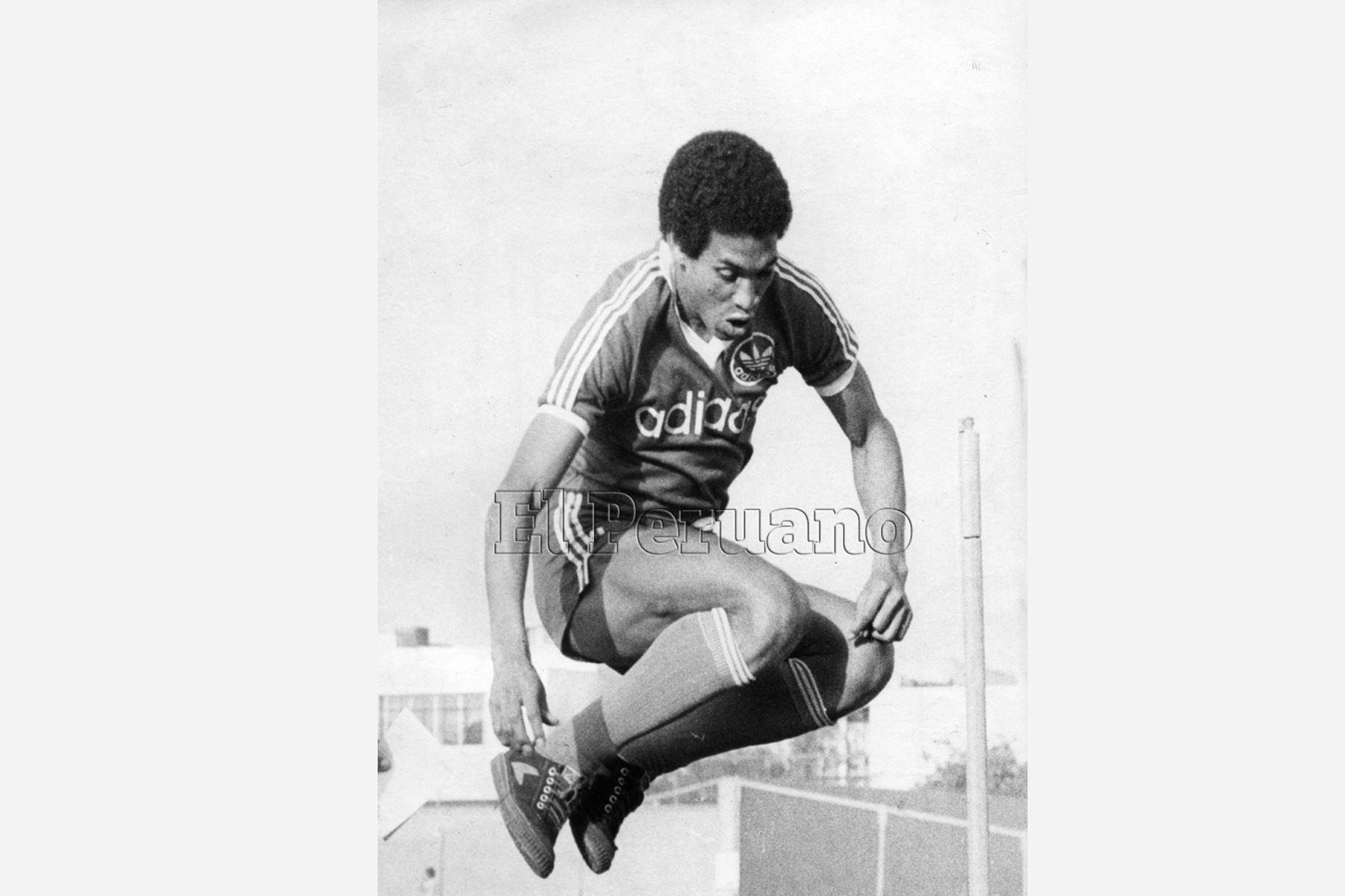 Lima - año 1985 / El seleccionado peruano Samuel Eugenioi, realizando entrenamiento. Foto:Archivo diario el Peruano
