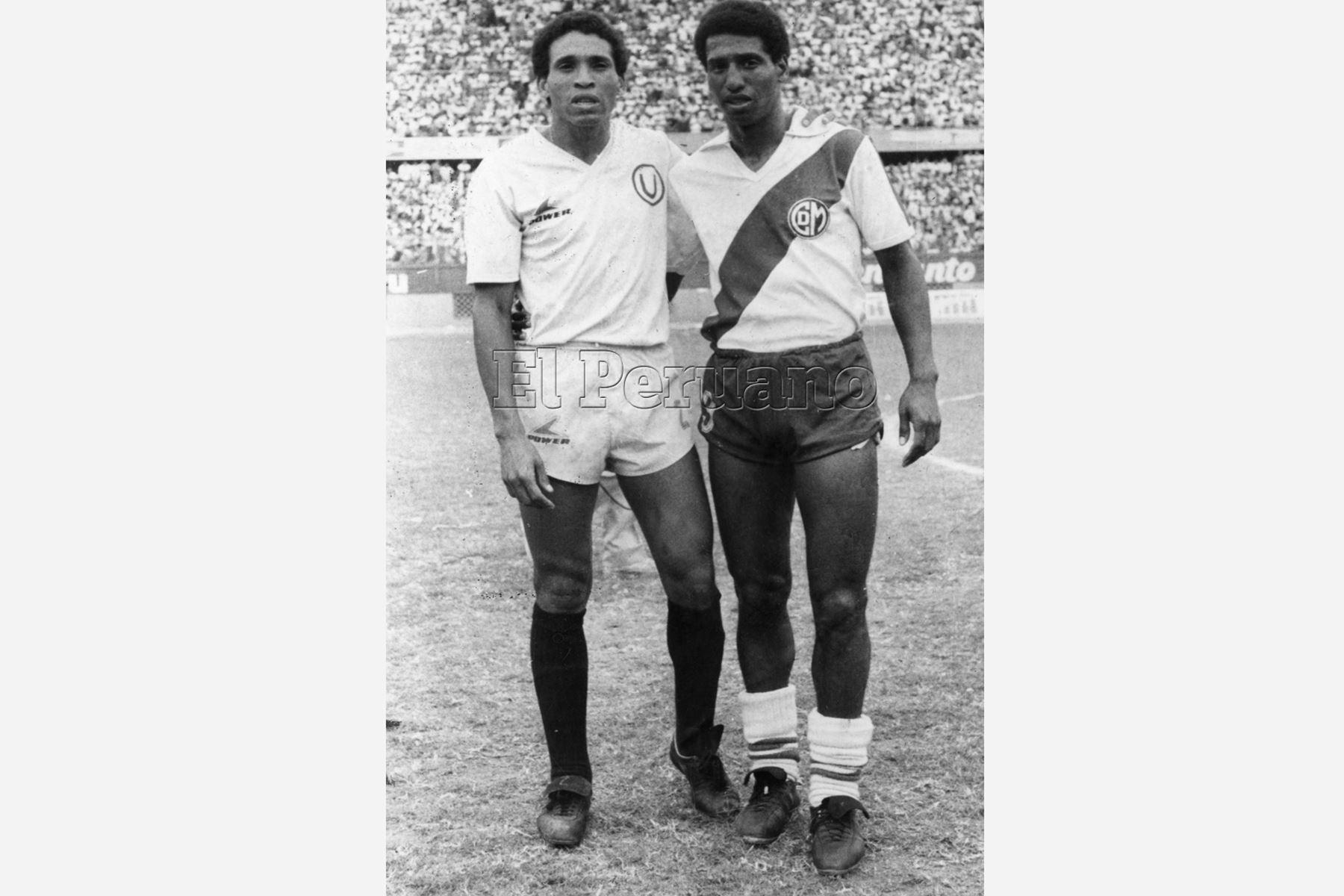 Lima - 31 marzo 1986 / Los hermanos Samuel (iz) y Alberto Eugenio (de), vistiendo respectivamente las casaquillas de la U y Deportivo Municipal. Foto: Archivo diario El Peruano