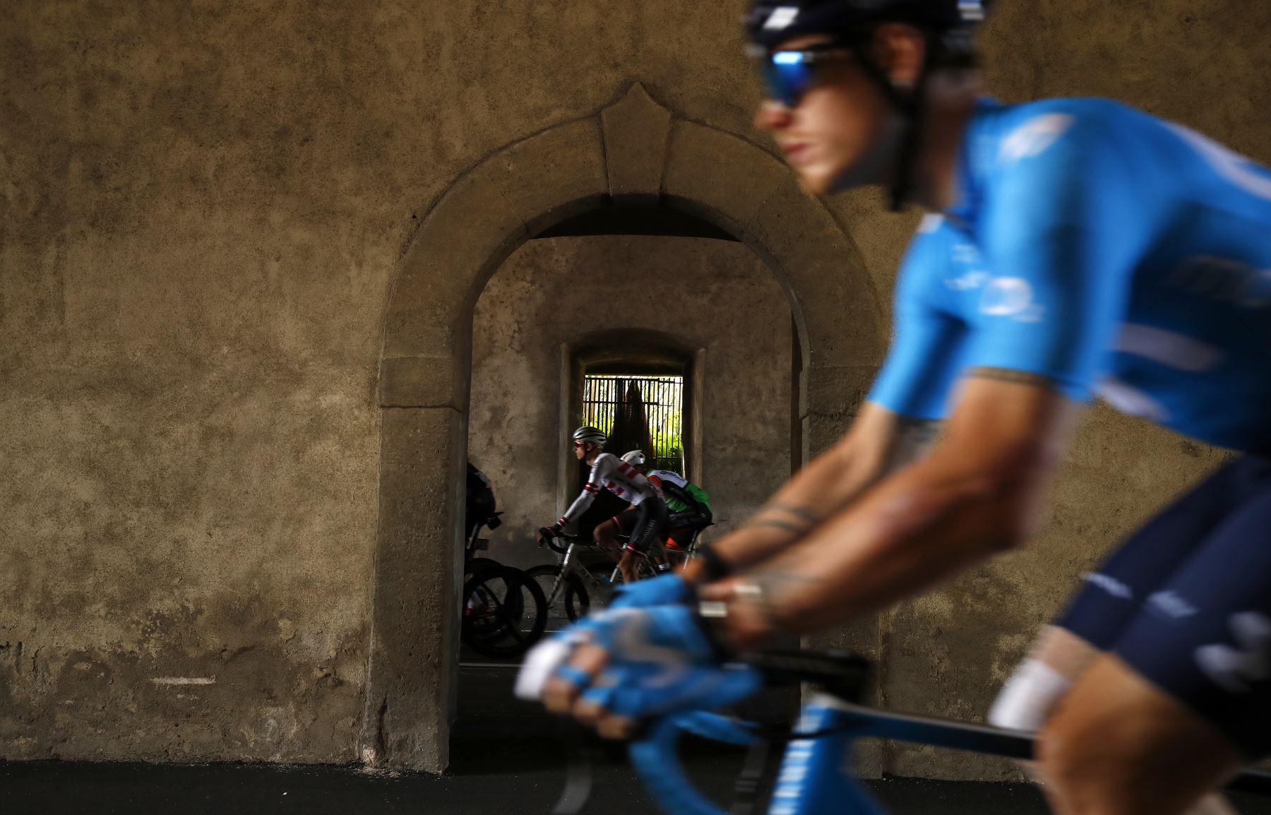 Ciclistas compiten en la cuarta etapa del 102º Giro de Italia - Tour de Italia - carrera de 235 km desde Orbetello hasta Frascati. Foto: AFP