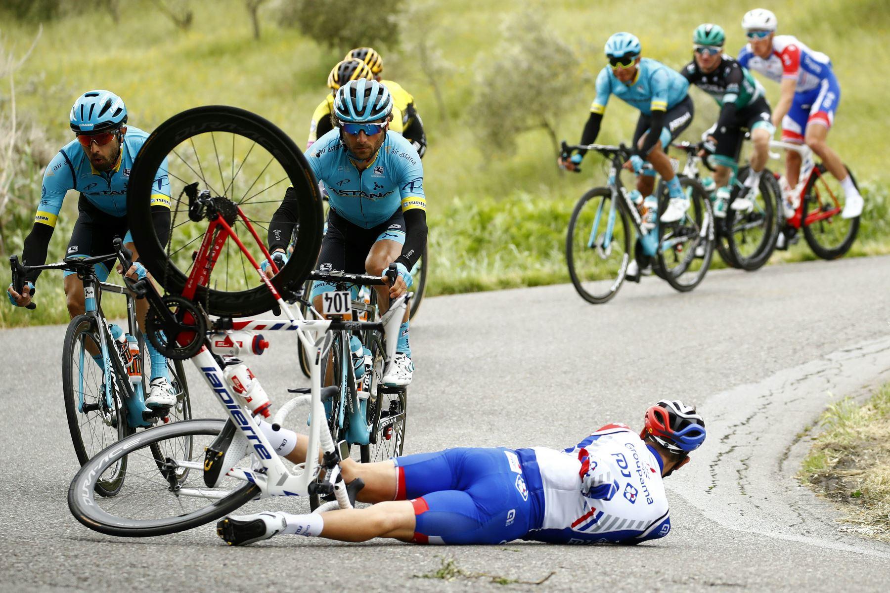 El ciclista Olivier Le Gac de Francia se estrella en la cuarta etapa del 102º Giro de Italia. Foto: AFP