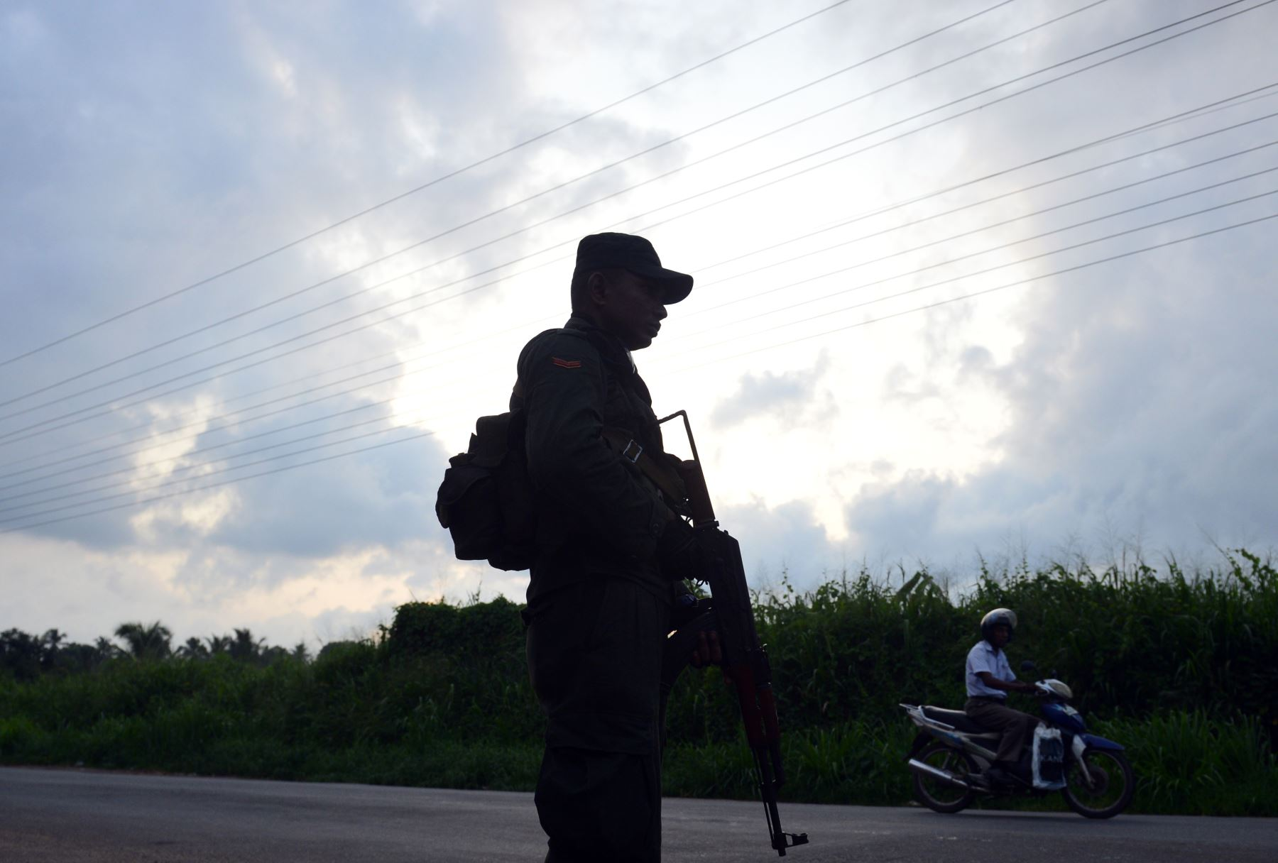 Personal de seguridad de Sri Lanka observa  en un punto de control. Foto: AFP