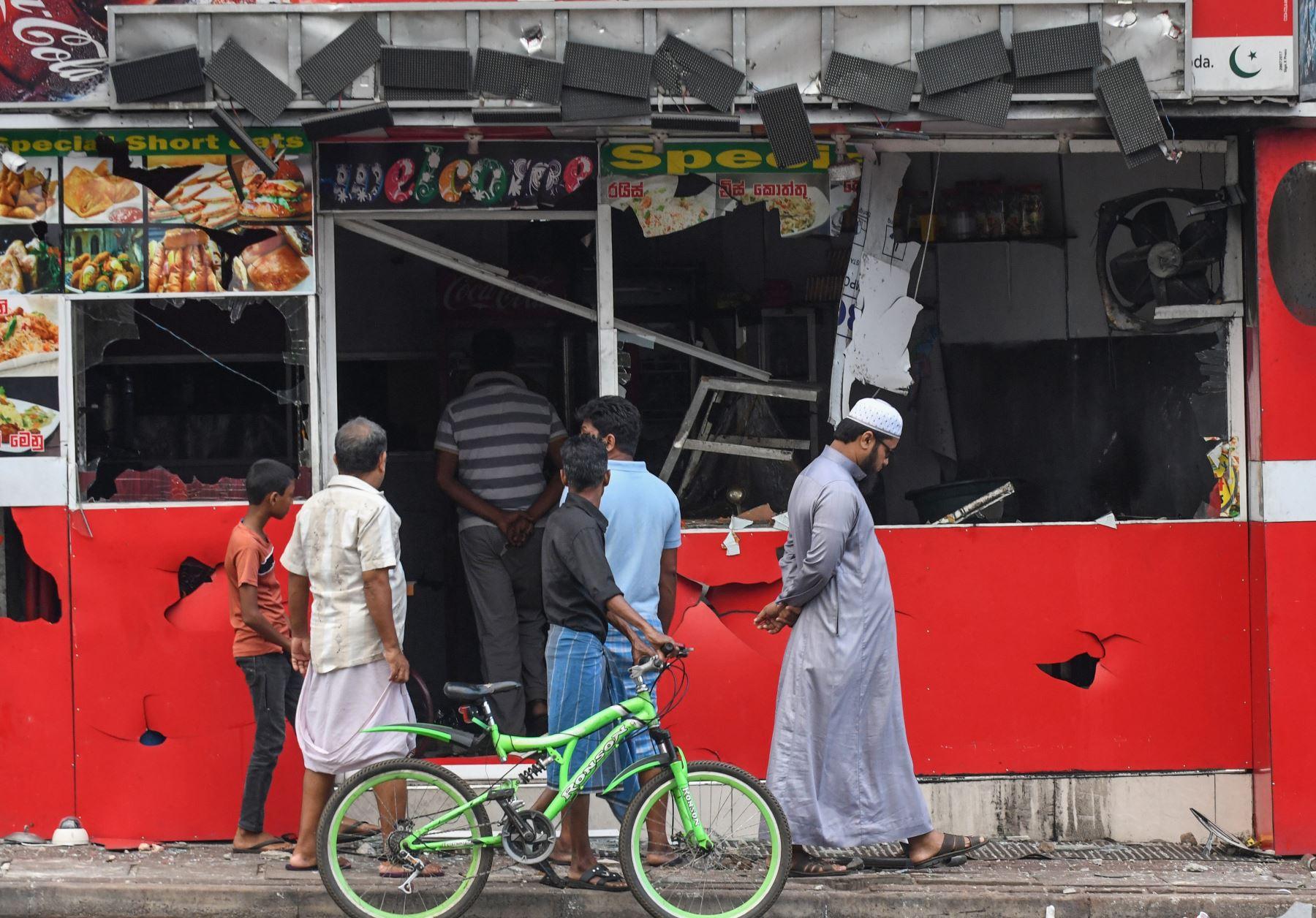 Tienda dañada después de un ataque en Sri Lanka. Foto: AFP