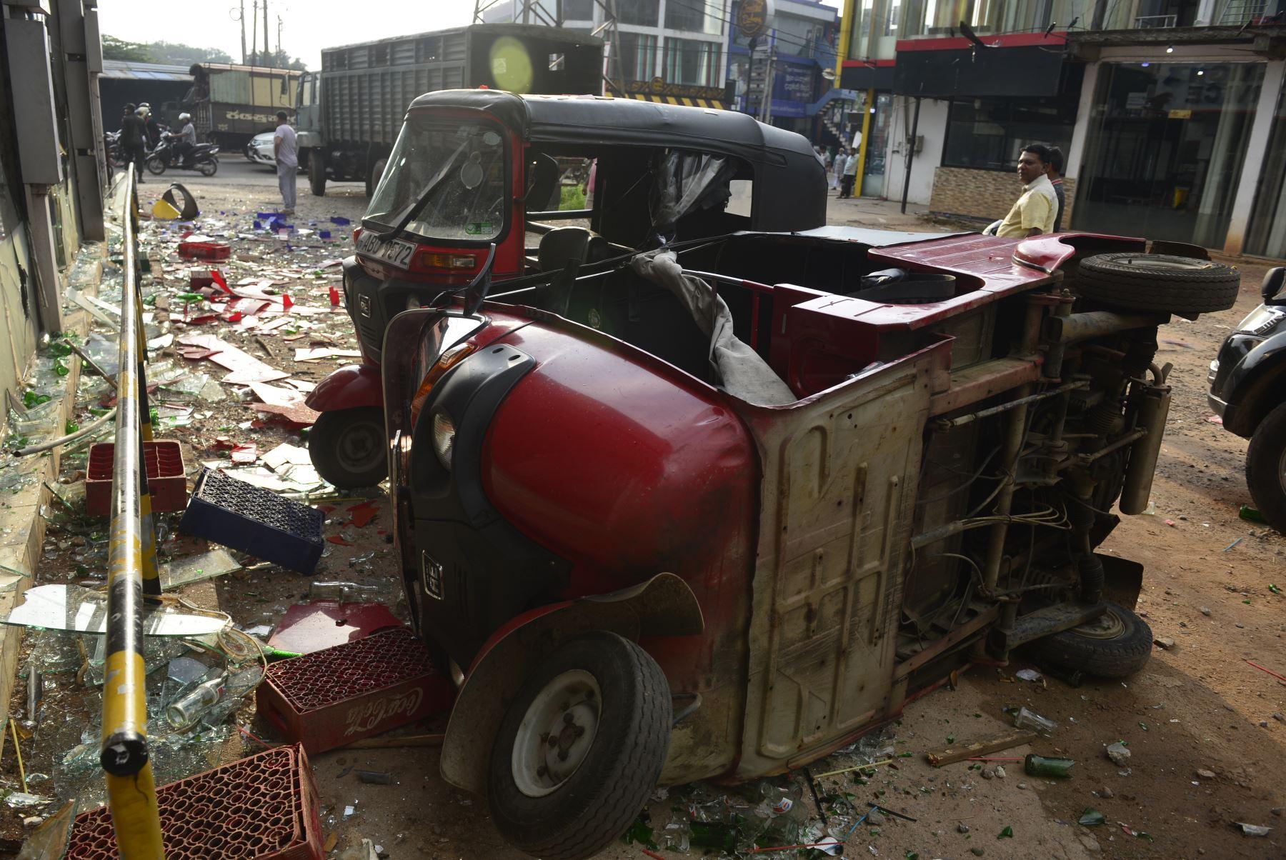 Un vehículo rickshaw fue dañado después de un ataque en Sri Lanka. Foto: AFP