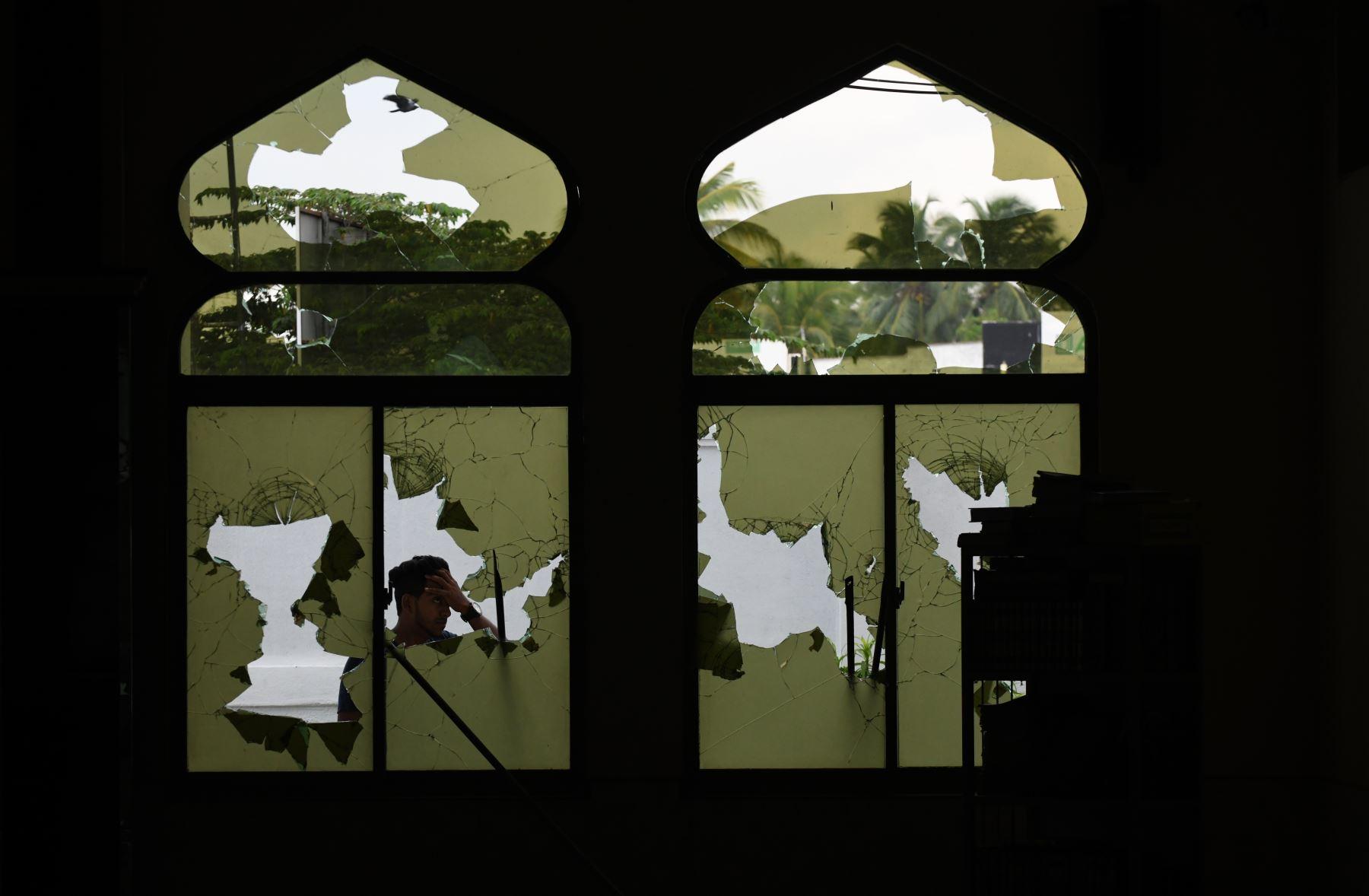 Un hombre camina por una tienda dañada después de un atentado en Sri Lanka. Foto: AFP